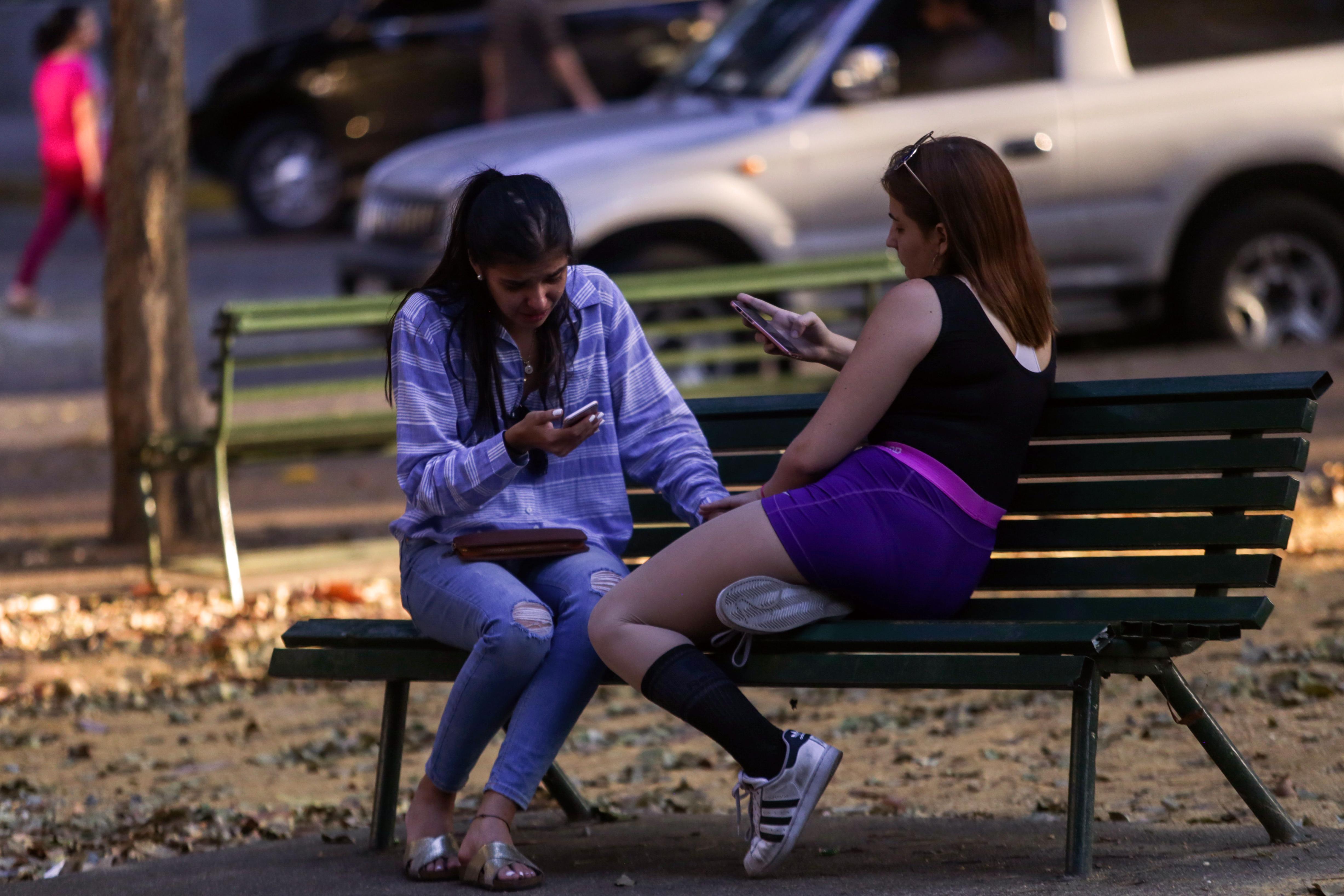 Las plazas de las zonas con mayor conectividad se vuelven puntos de encuentro (Cristian Hernandez / AFP)