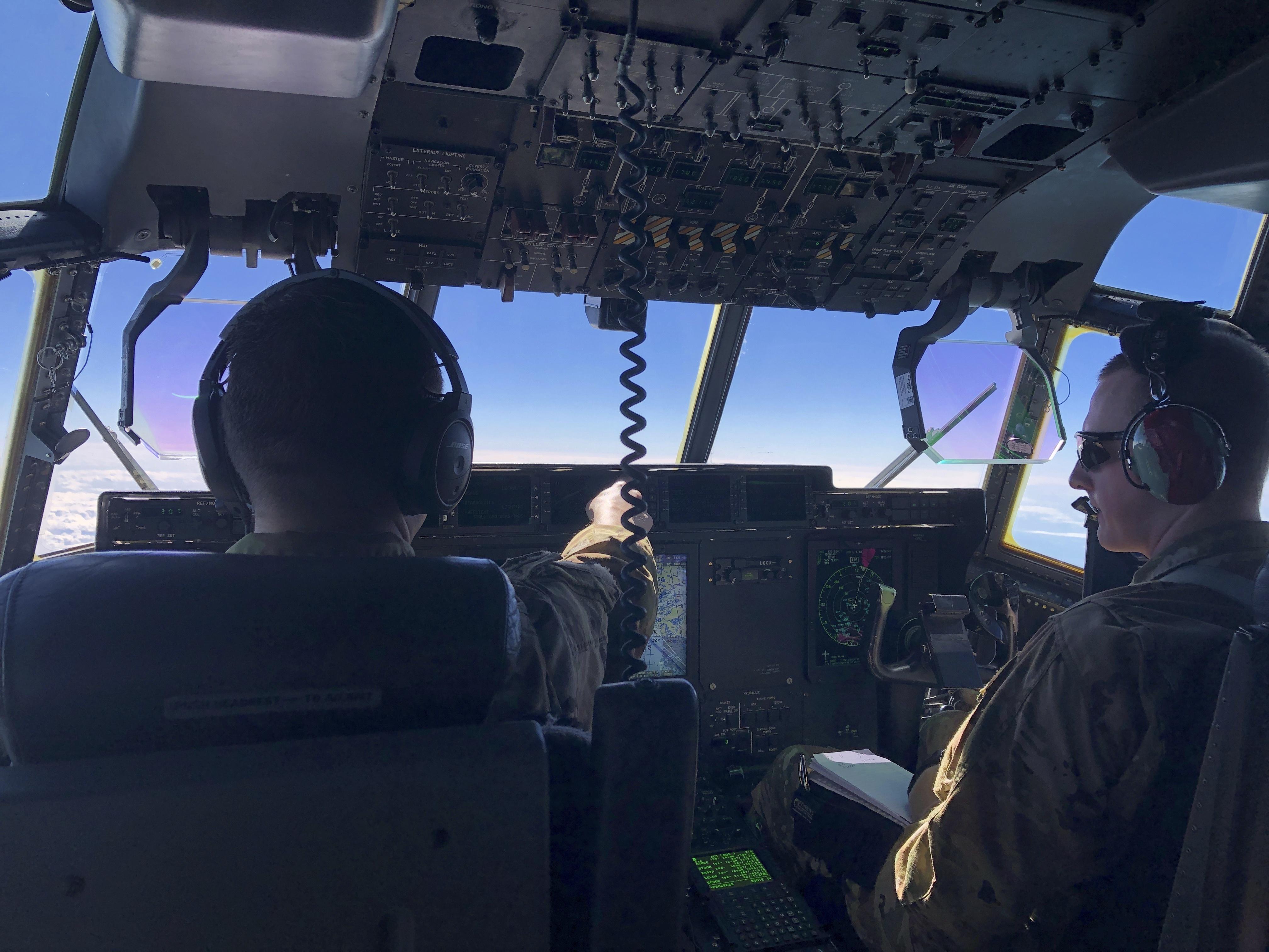 El capitán Brad Breelove y su copiloto comandan el C-130
