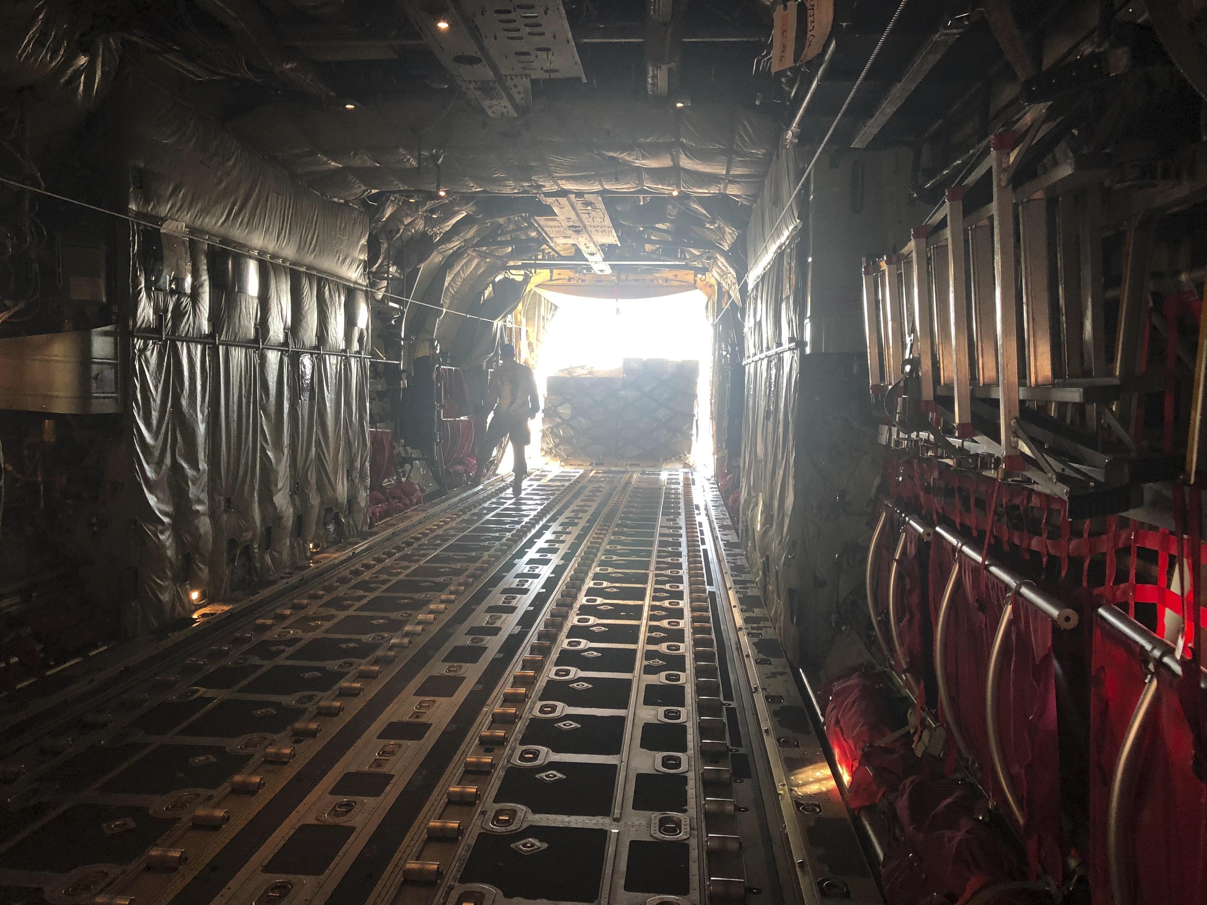 La carga de los pallets en el avión, hasta llenar la nave