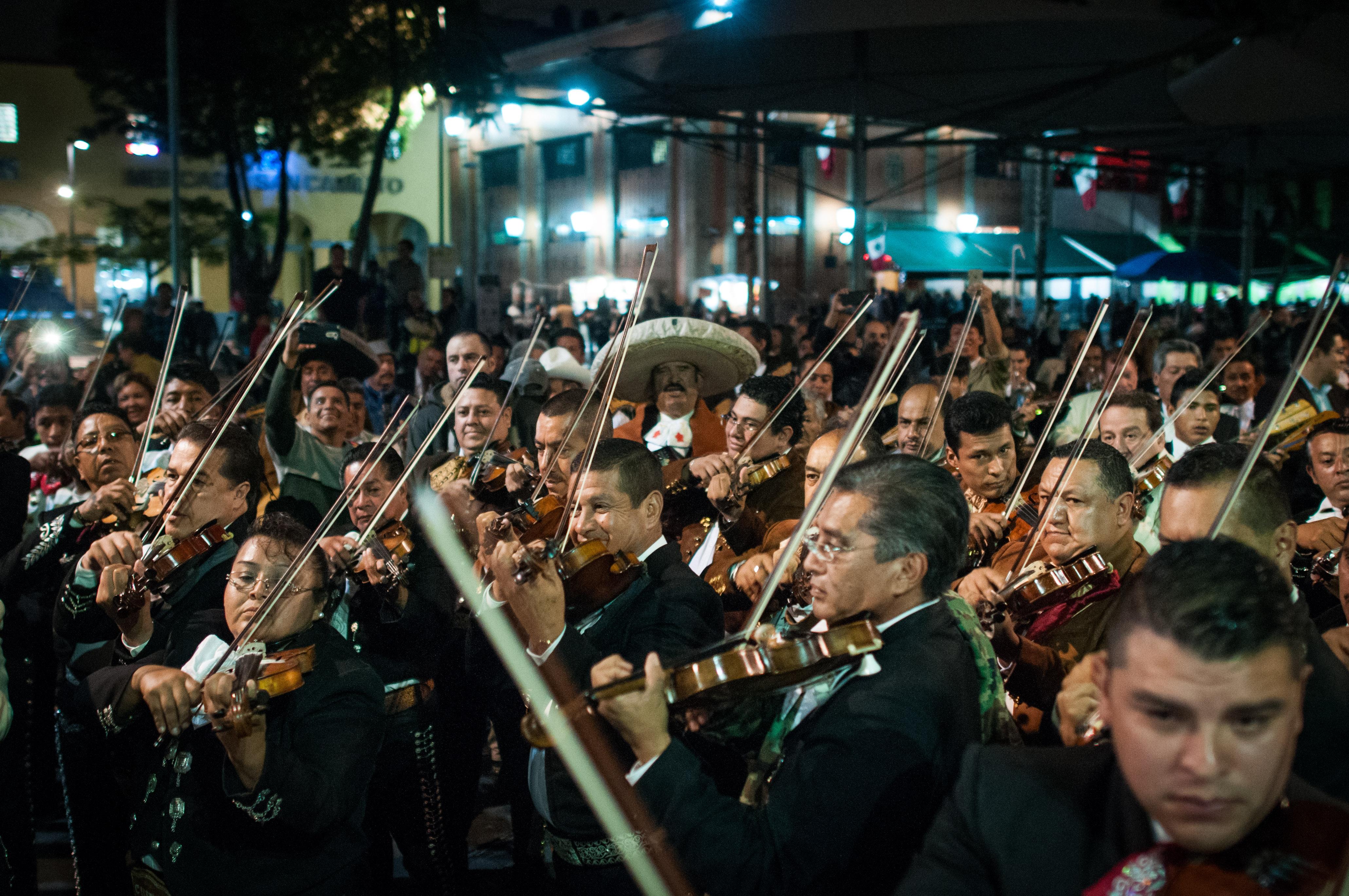 En la llamada Catedral del Mariachi, la mayoría de los visitantes bebía en la plaza púiblica (Foto: Diego Simón Sánchez / CUARTOSCURO)