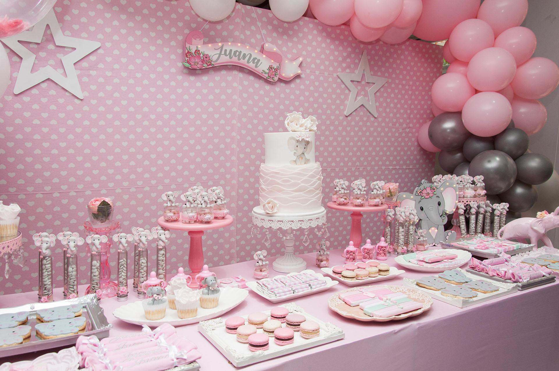 La torta principal hasta los cupcakes, galletitas, tubos con pastillitas y caramelos con tiernas figuras de elefantitos (Fotos: Teleshow/Verónica Guerman)