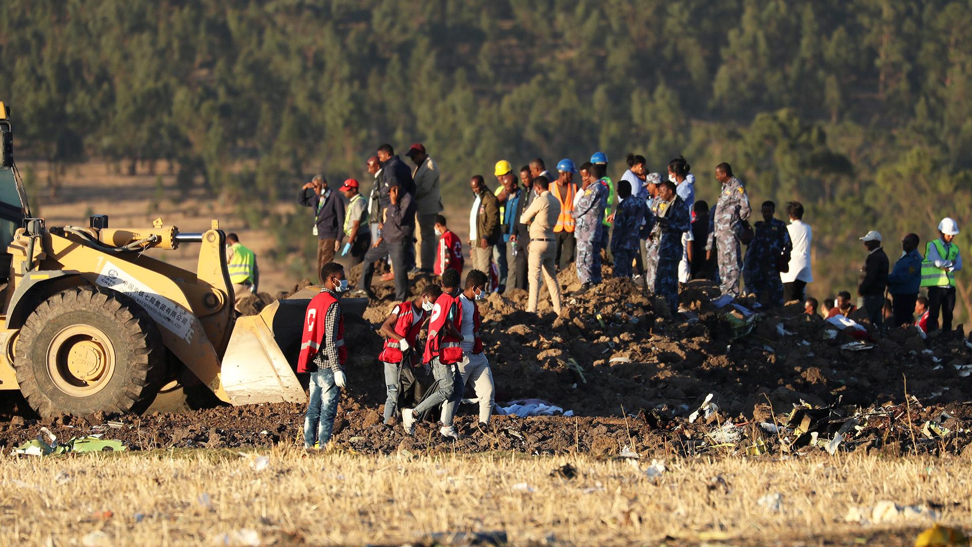 Equipos de rescate en el lugar donde se estrelló el Boeing 737 MAX de Ethiopian Airlines, en Etiopía (Reuters)