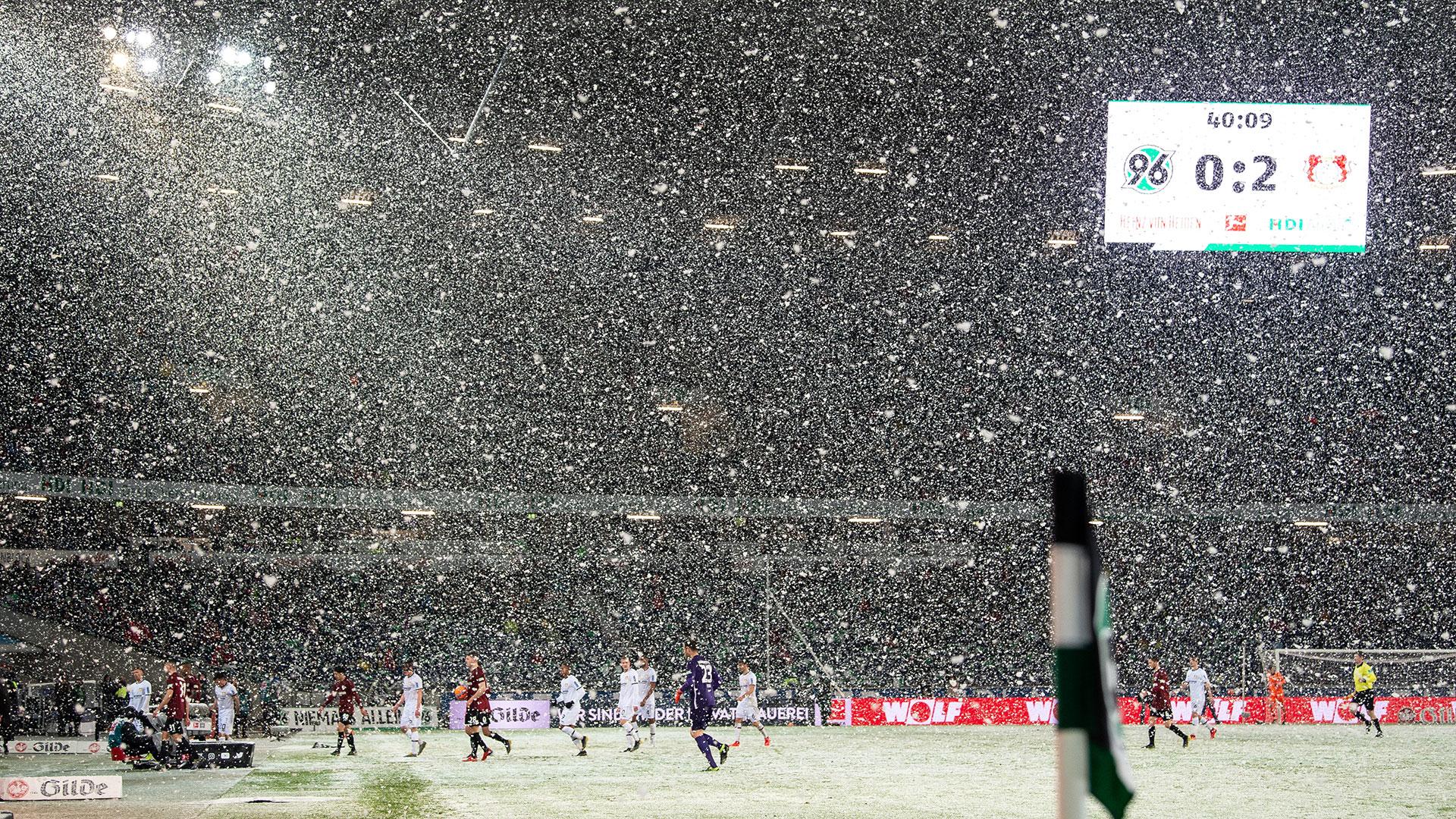 El partido entre Hannover y Bayer Leverkusen se jugó bajo una impresionante tormenta de nieve (AFP)