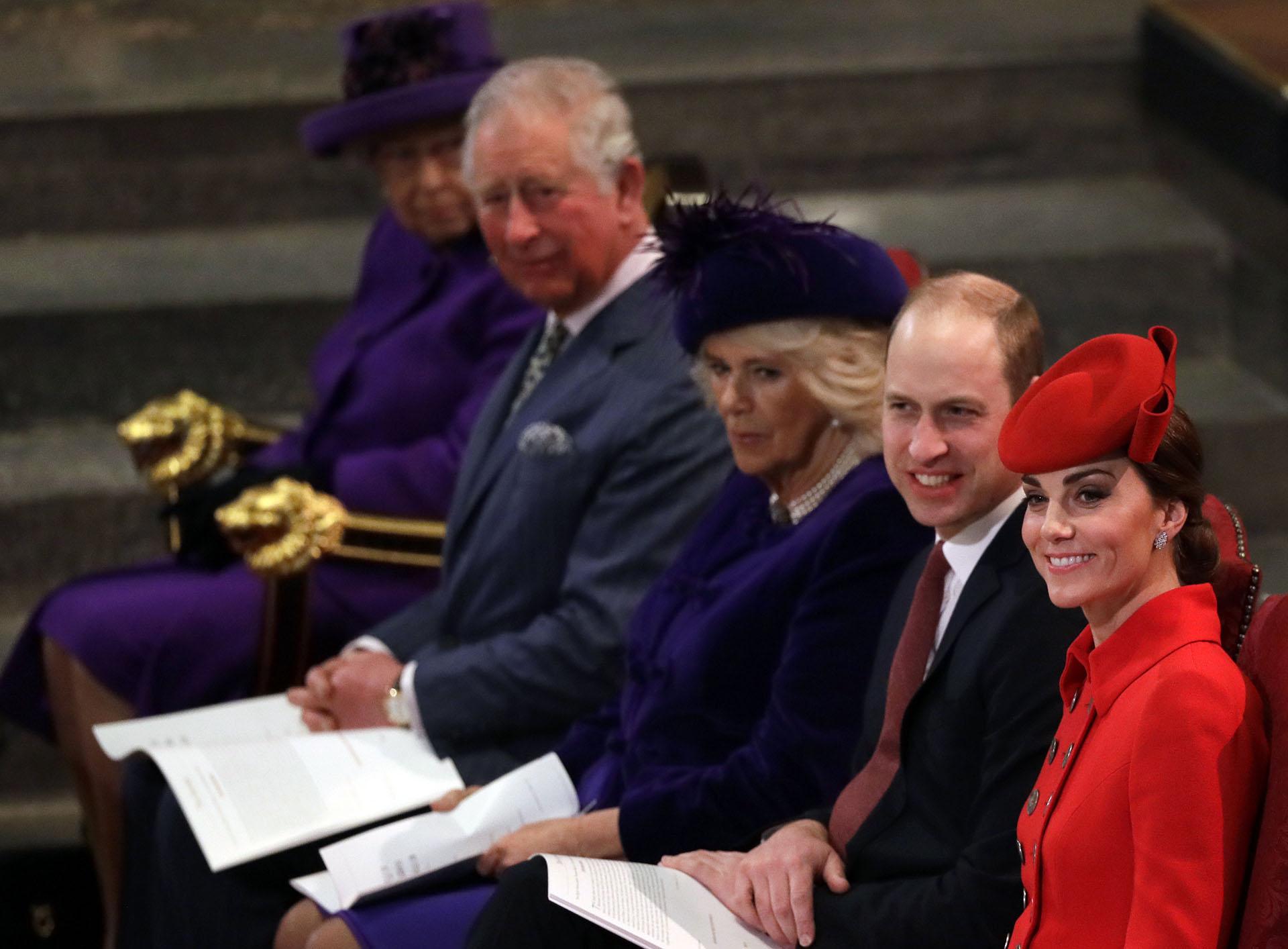 En primera fila los Duques de Cambrigde -William y Kate- luego el príncipe Carlos, su mujer Camilla Parker y la Reina Isabel II