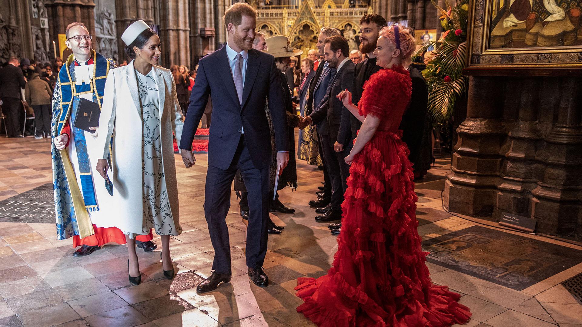 """El saludo de los duques ala artistaGrace Chatto, parte de """"Clean Bandit"""", que brindó un show durante los festejos del Commonwealth"""
