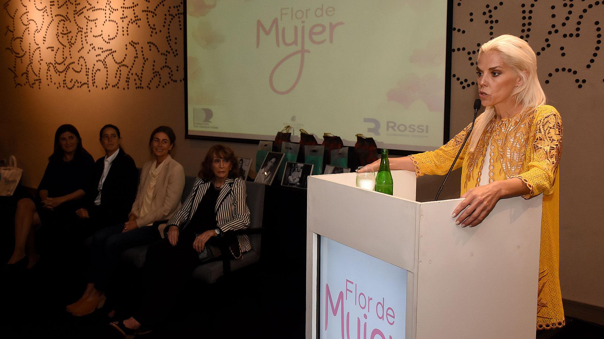 Agustina Rossi, directora de la Fundación Dr Enrique Rossi, fue la encargada de reconocer la labor de estas cuatro mujeres por su motivación solidaria