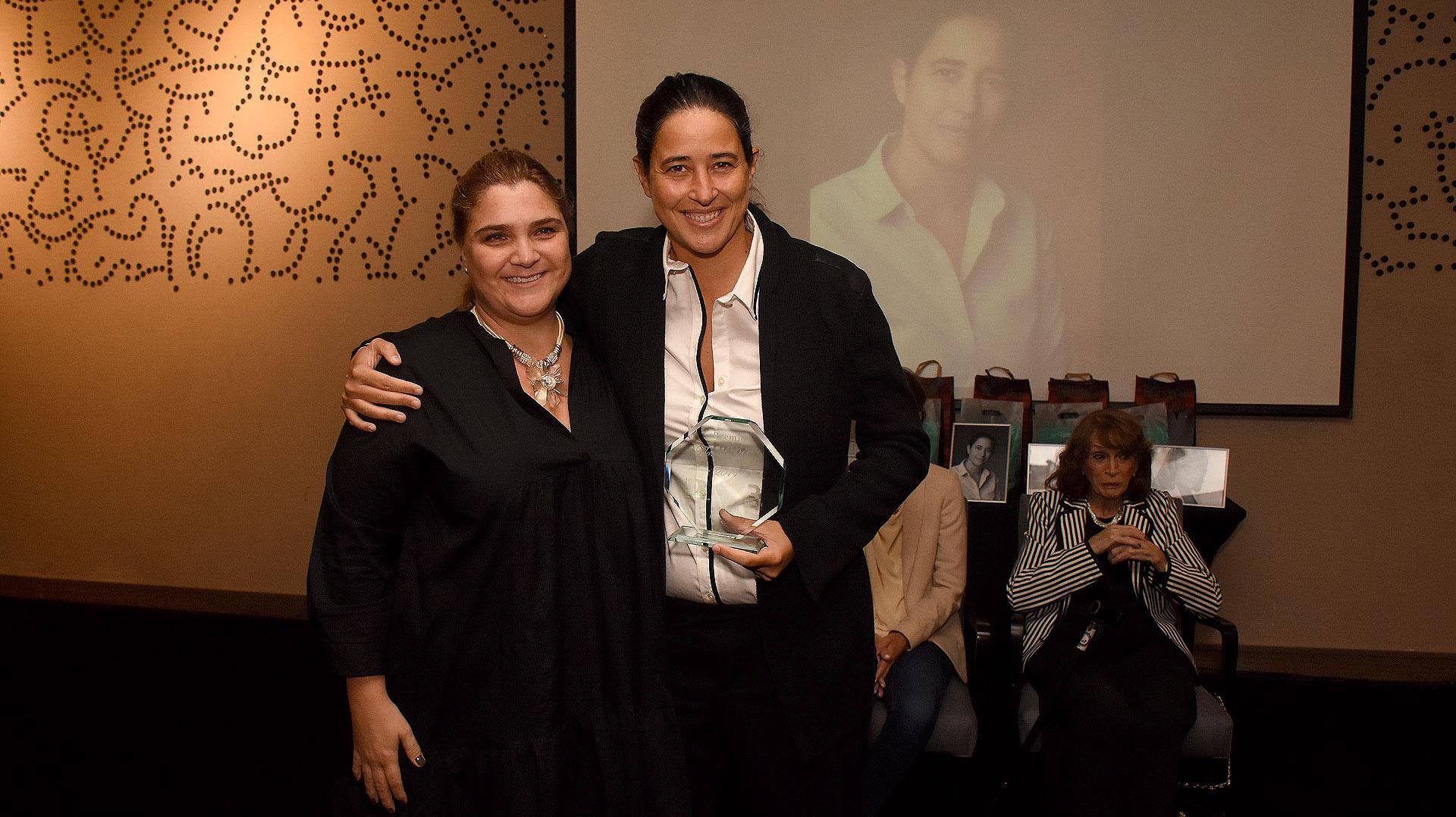 Marcela Noble Herrerala responsable de dar en mano el premio Flor de Mujer 2019 a Alexia Rattazzi