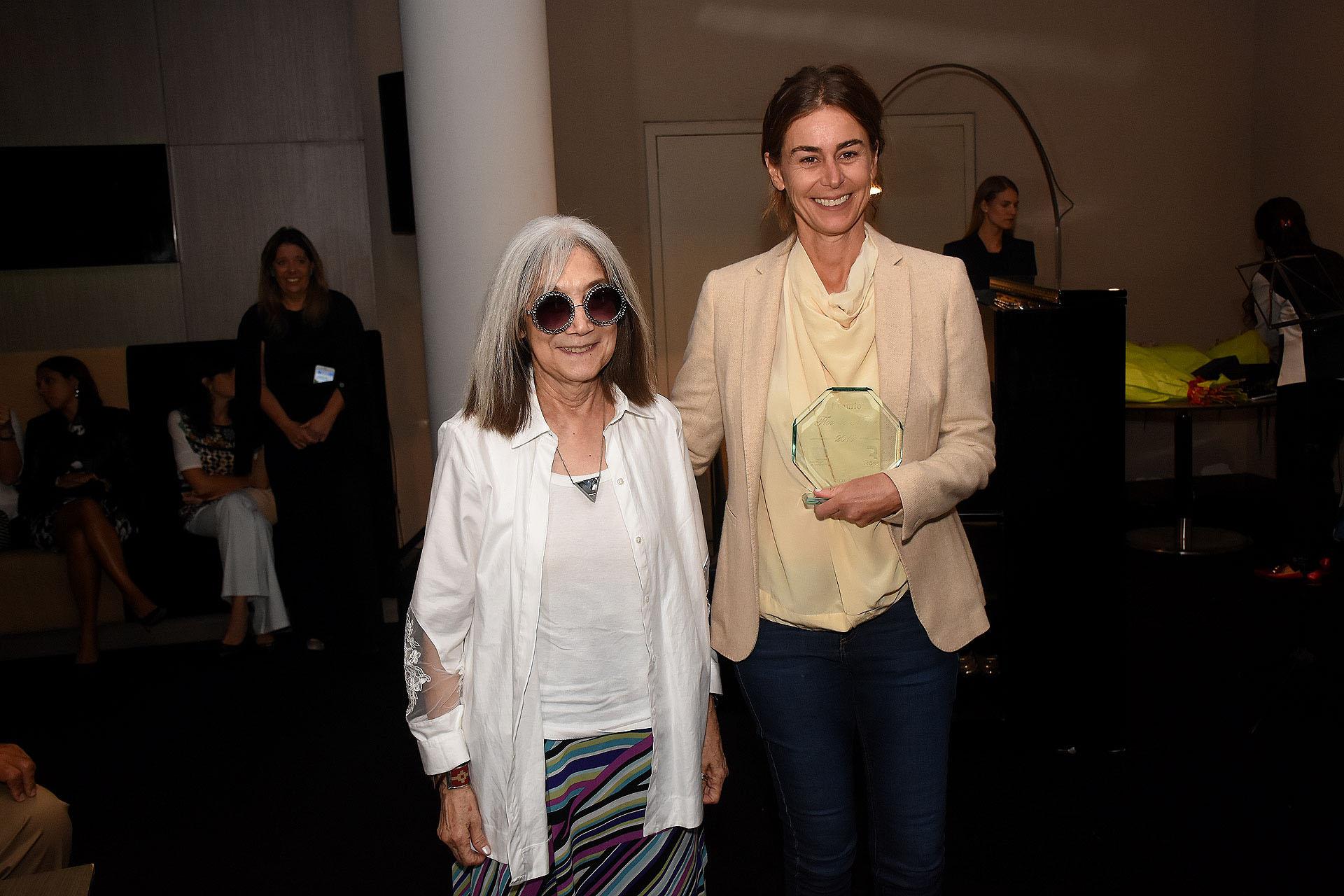 María Kodama -premio Flor de Mujer 2017- le entregó el galardón a Azul García Uriburu