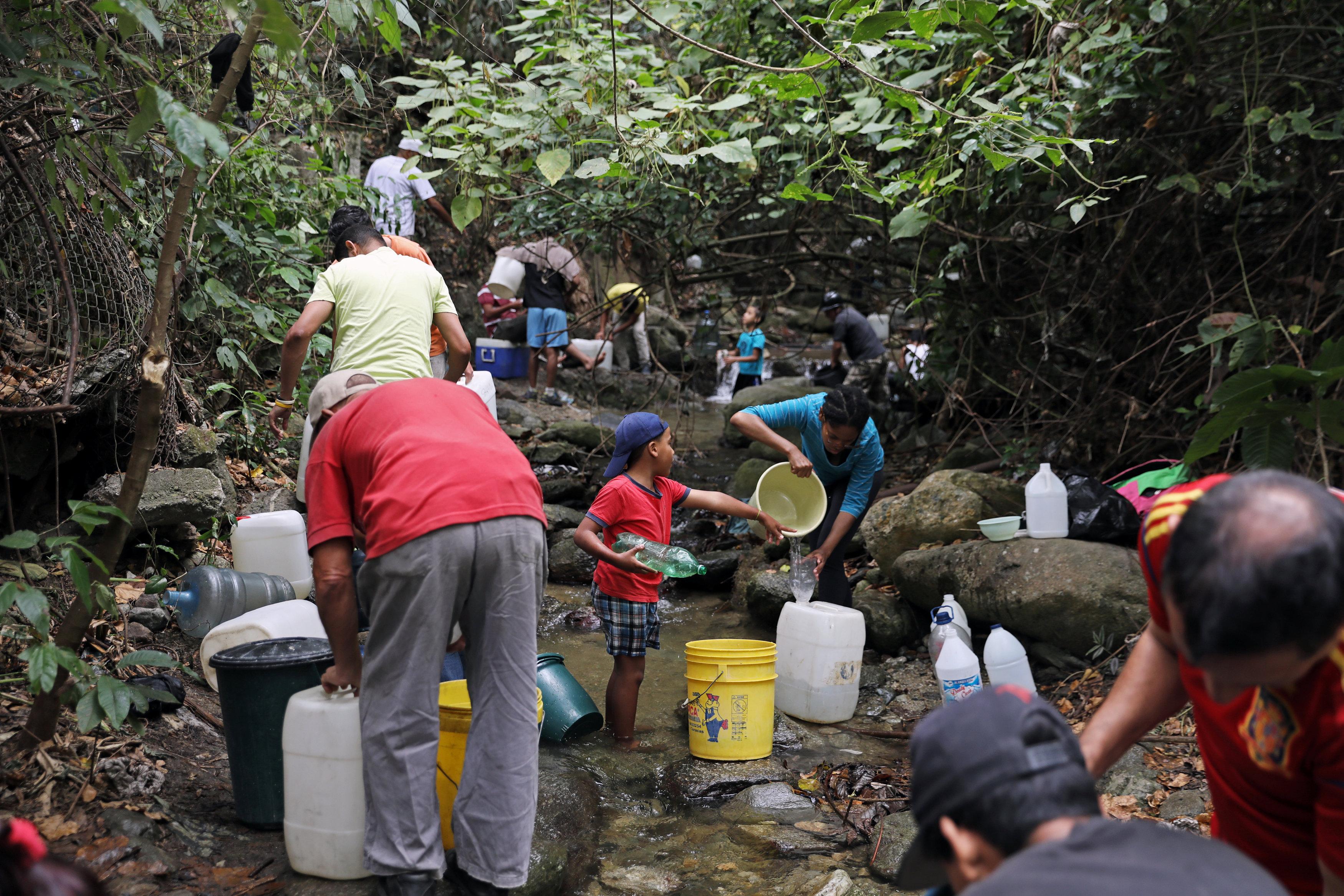 La gente llegó a otras corrientes cercanas a Caracas para buscar llenar sus baldes