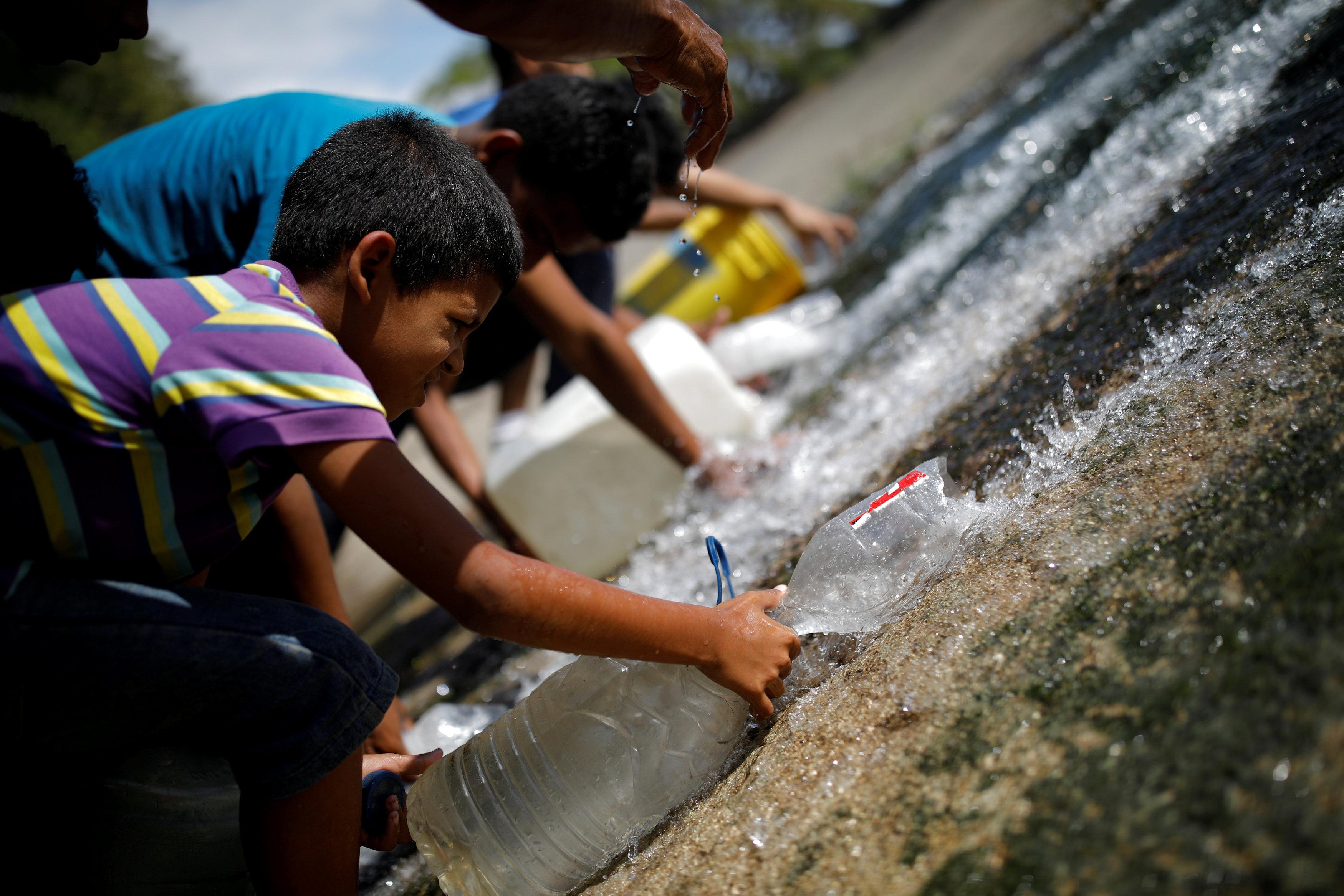 Los niños también ayudaron en los esfuerzos por llevar agua a sus hogares