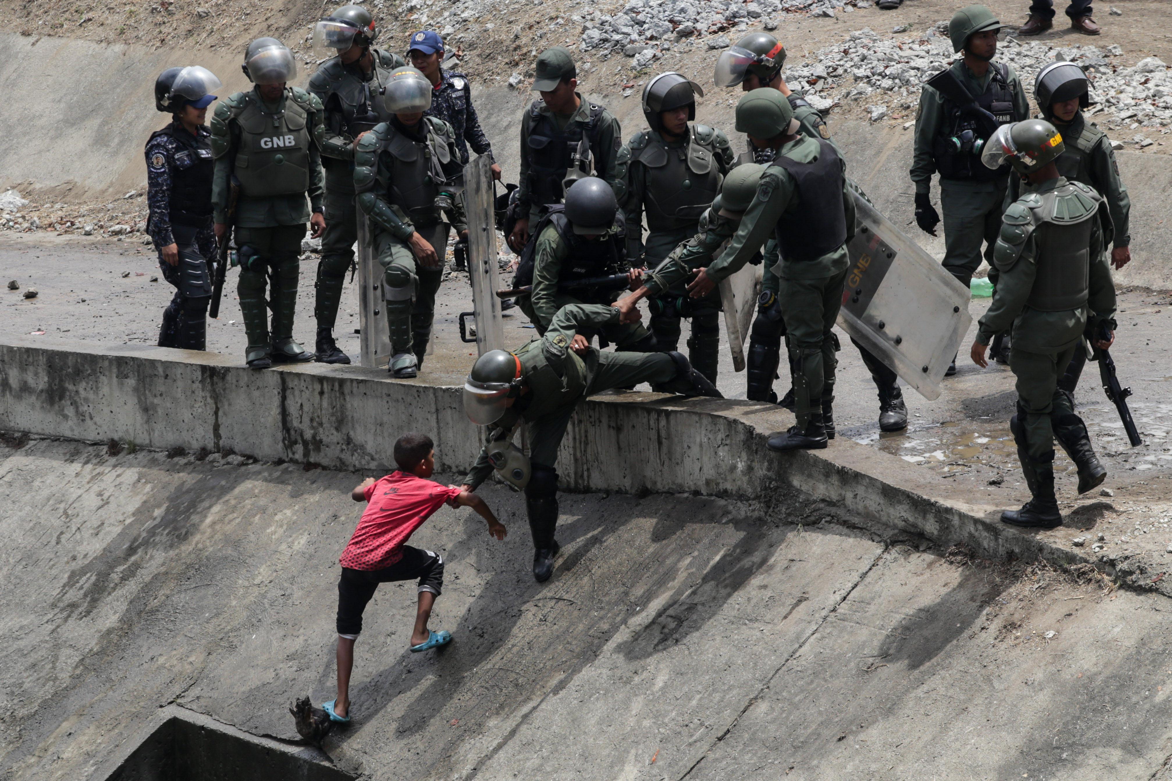 La Guardia Nacional Bolivariana llegó al lugar y retiró a todos los presentes por las insalubres condiciones, decisión que igualmente fue criticada por los ciudadanos