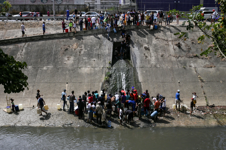 """""""Tenemos cuatro días sin agua, sin luz sin nada. Necesitamos agua por lo menos"""", explicó Mary Medrano desde un acceso al río en el oeste de la ciudad"""