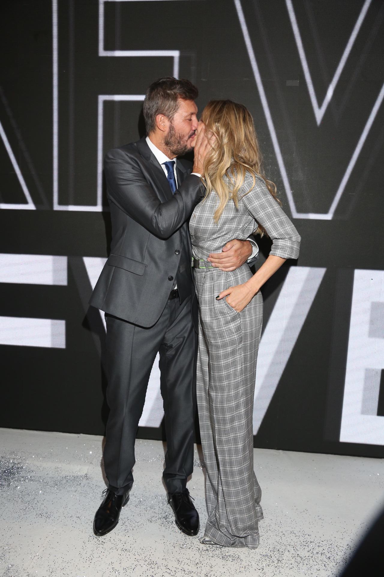 El beso de Guillermina Valdés y Marcelo Tinelli en el final del desfile en Bafweek.