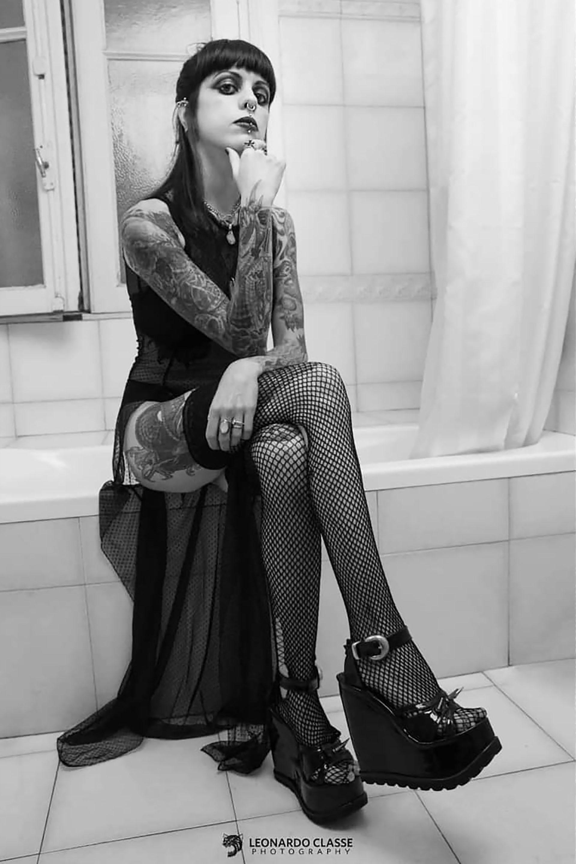 """""""Si me pongo una camisa y un pantalón no se ve un solo tatuaje"""". (@miss.kroenen)"""