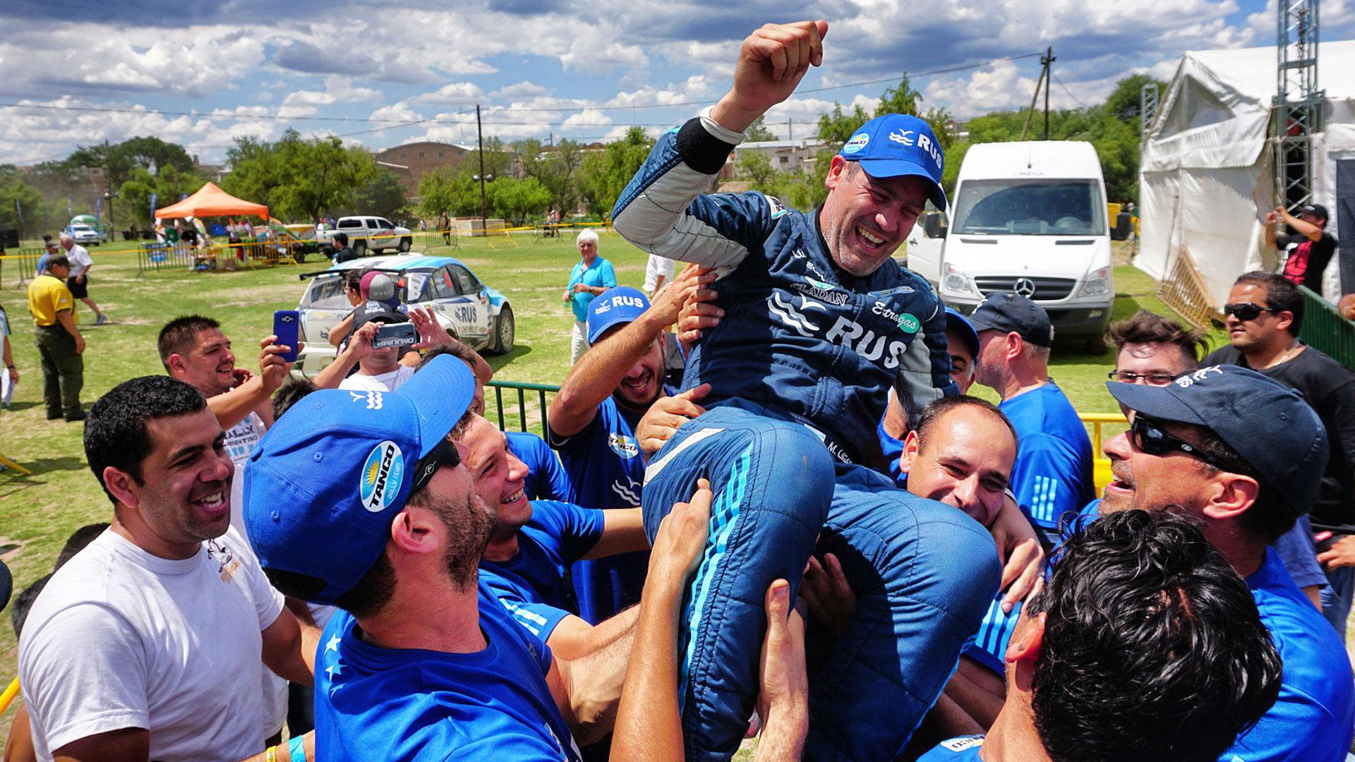 Todo el equipo festeja con Marcos Ligato, cuya carrera más importante la ganó fuera de pista. (Foto: Daniel Ramonell / Prensa Tango Rally Team)