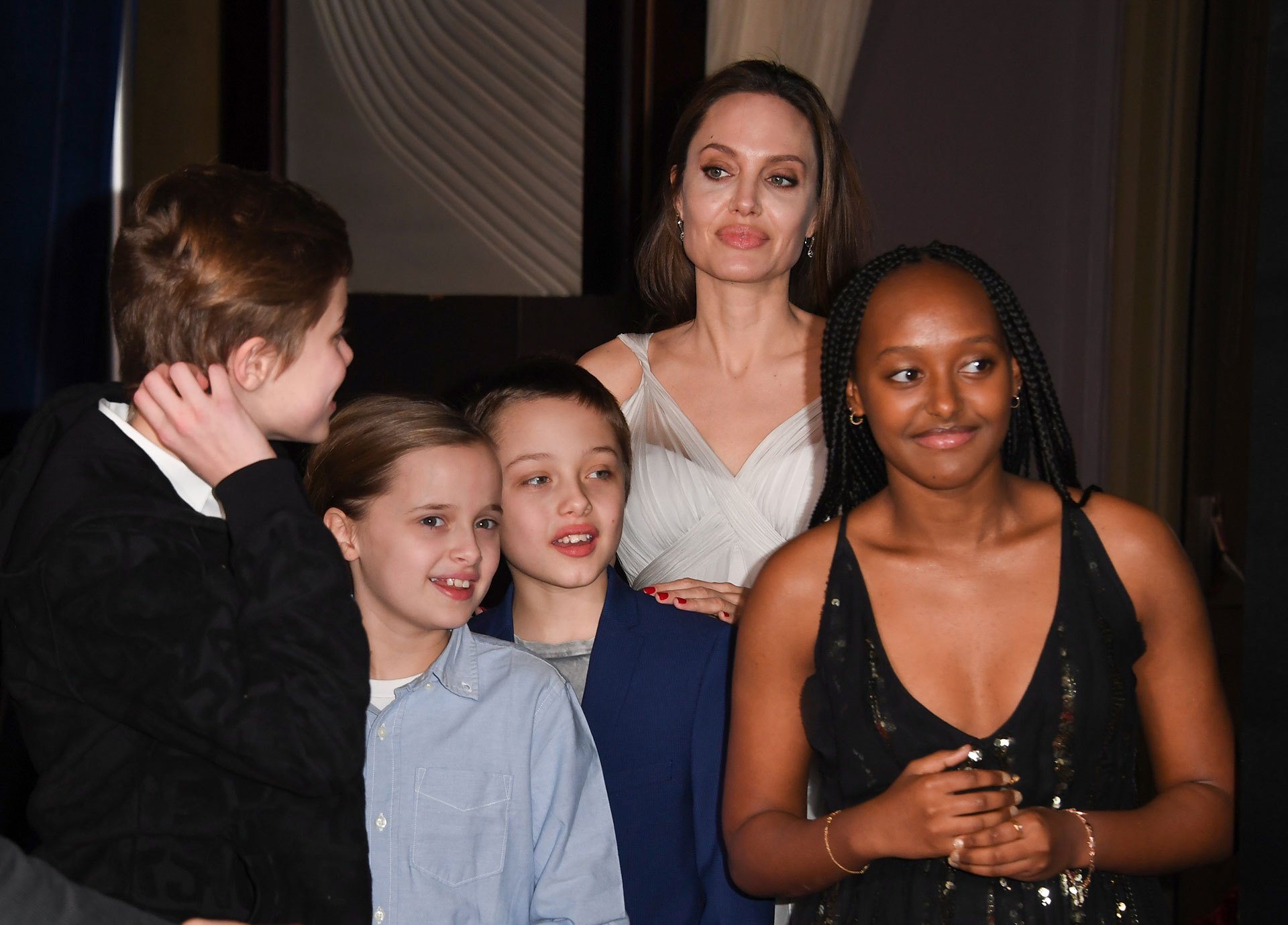 Angelina Jolie escoltada por cuatro de sus seis hijos