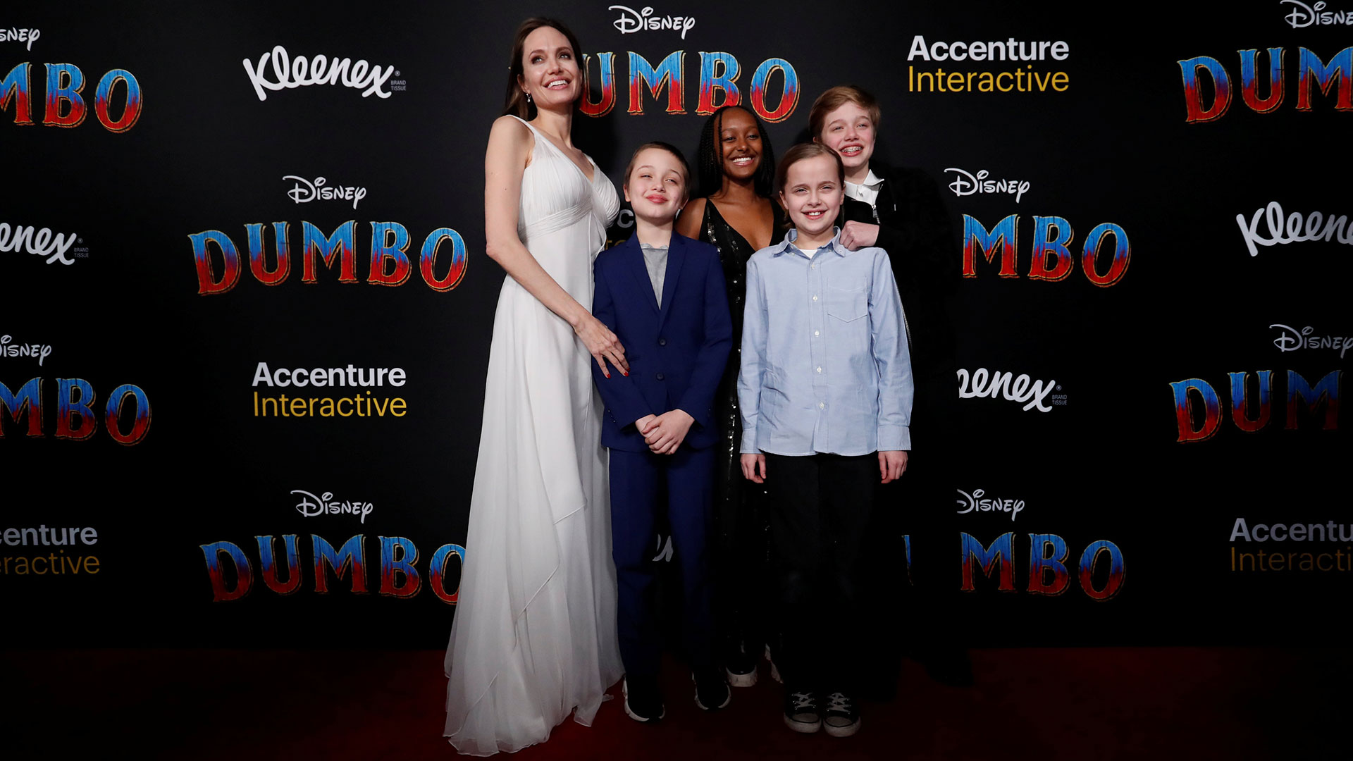 Angelina Jolie junto a cuatro de sus hijos, Knox Leon Jolie-Pitt, Zahara Marley Jolie-Pitt, Vivienne Marcheline Jolie-Pitt y Shiloh Nouvel Jolie-Pitt en la premiere de Dumbo en Los Ángeles