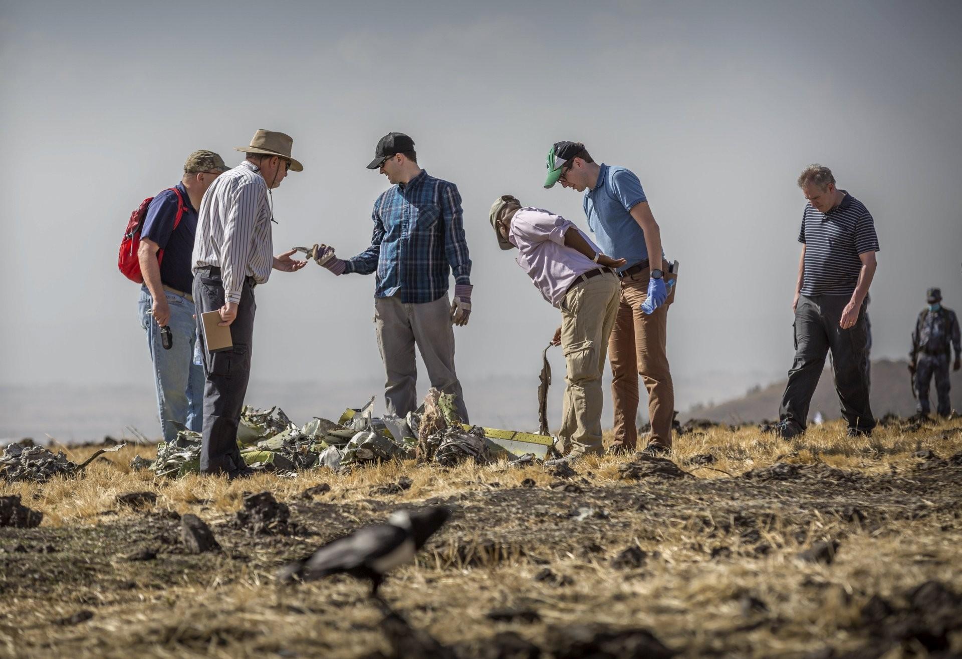 Investigadores examinan los restos en el lugar donde se estrelló el Boeing 737 Max 8 de Ethiopian Airlines (Foto: AP)