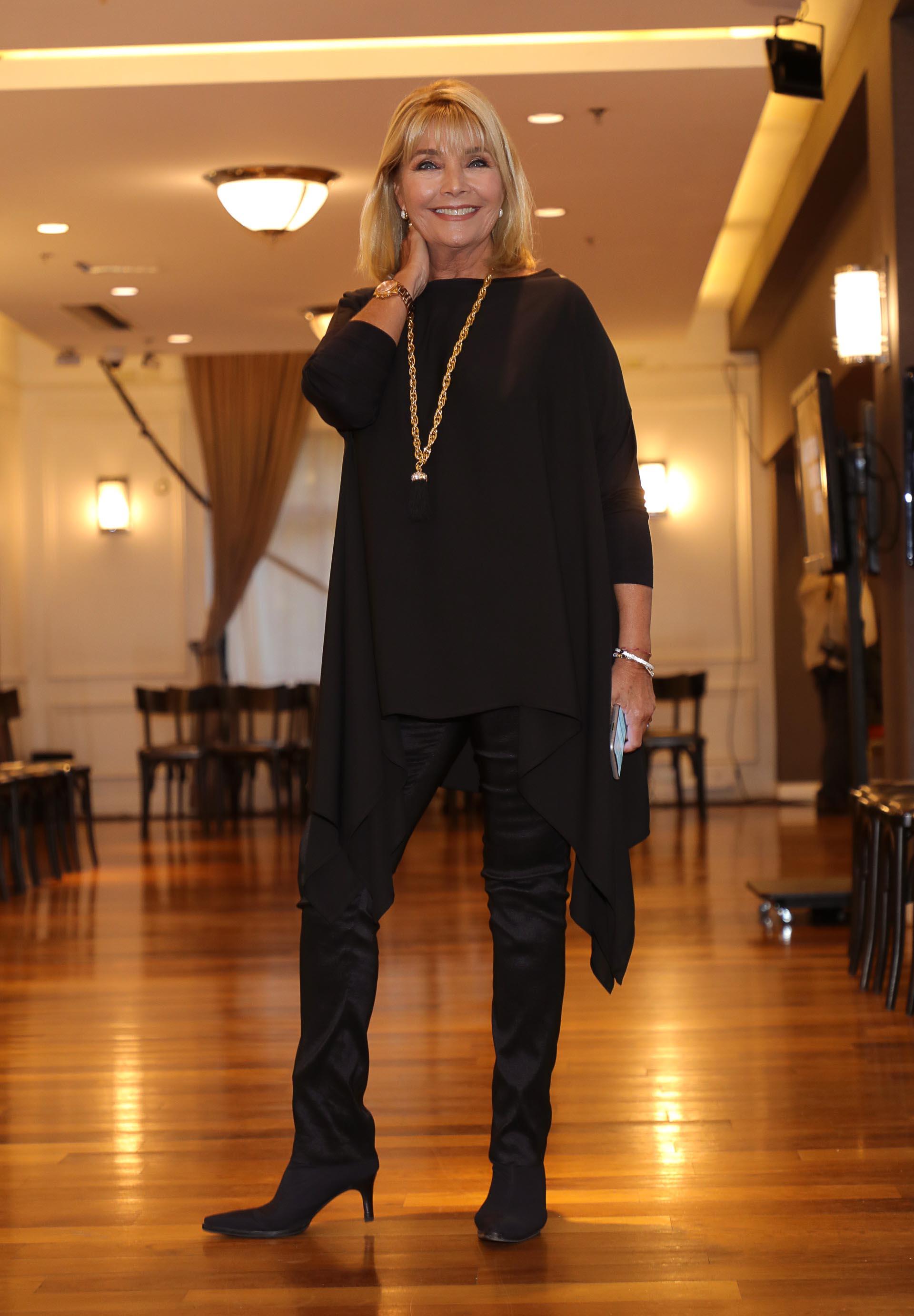 Adriana Costantinipresentó su colección 80´s Style para el otoño invierno 2019. La propuesta refleja el espíritu de la moda de esa década con una paleta de colores se destacan los óxidos, y la gama de los colores rojizos hasta los púrpuras, acentos de color naranja fuego, se complementan con la neutralidad de los grises y los azules clásicos del denim. Túnicas, vestidos y sportwear forman parte de las creaciones