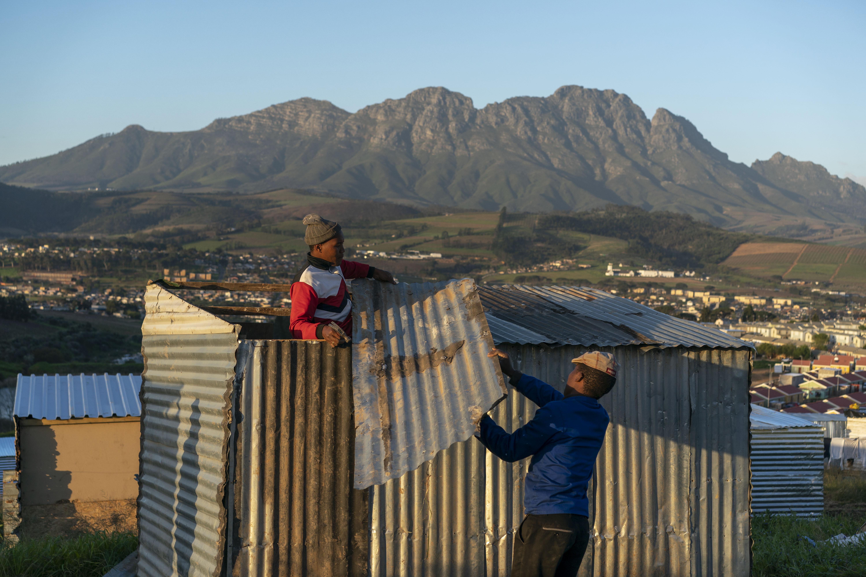 Muchos sudafricanos negros se sienten traicionados por el fracaso del Congreso Nacional Africano en brindar acceso a la tierra. (Joao Silva/The New York Times)