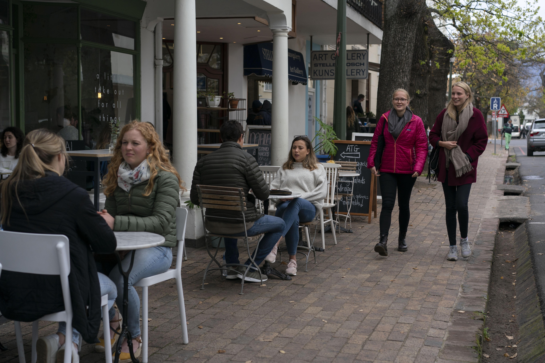Stellenbosch, una comunidad universitaria, está rodeada de viñedos y es una atracción turística popular. (Joao Silva/The New York Times)