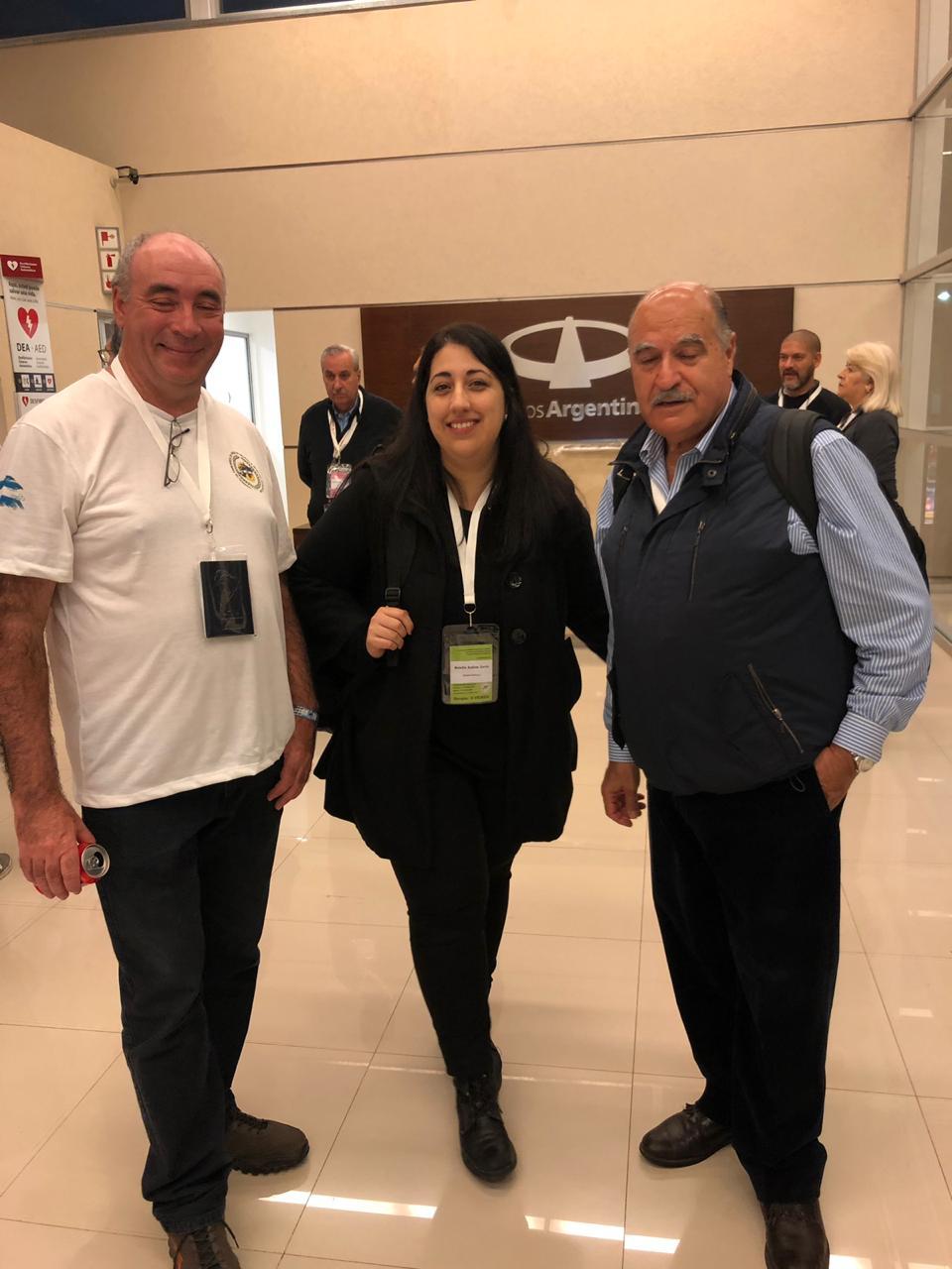 Sergio Aguirre, hijo de un caído en Malvinas, Natalia Curcio de AA 2000, y Roberto Curilovic, piloto de Super Étendard durante la guerra y director de Desarrollo de Negocios de AA 2000