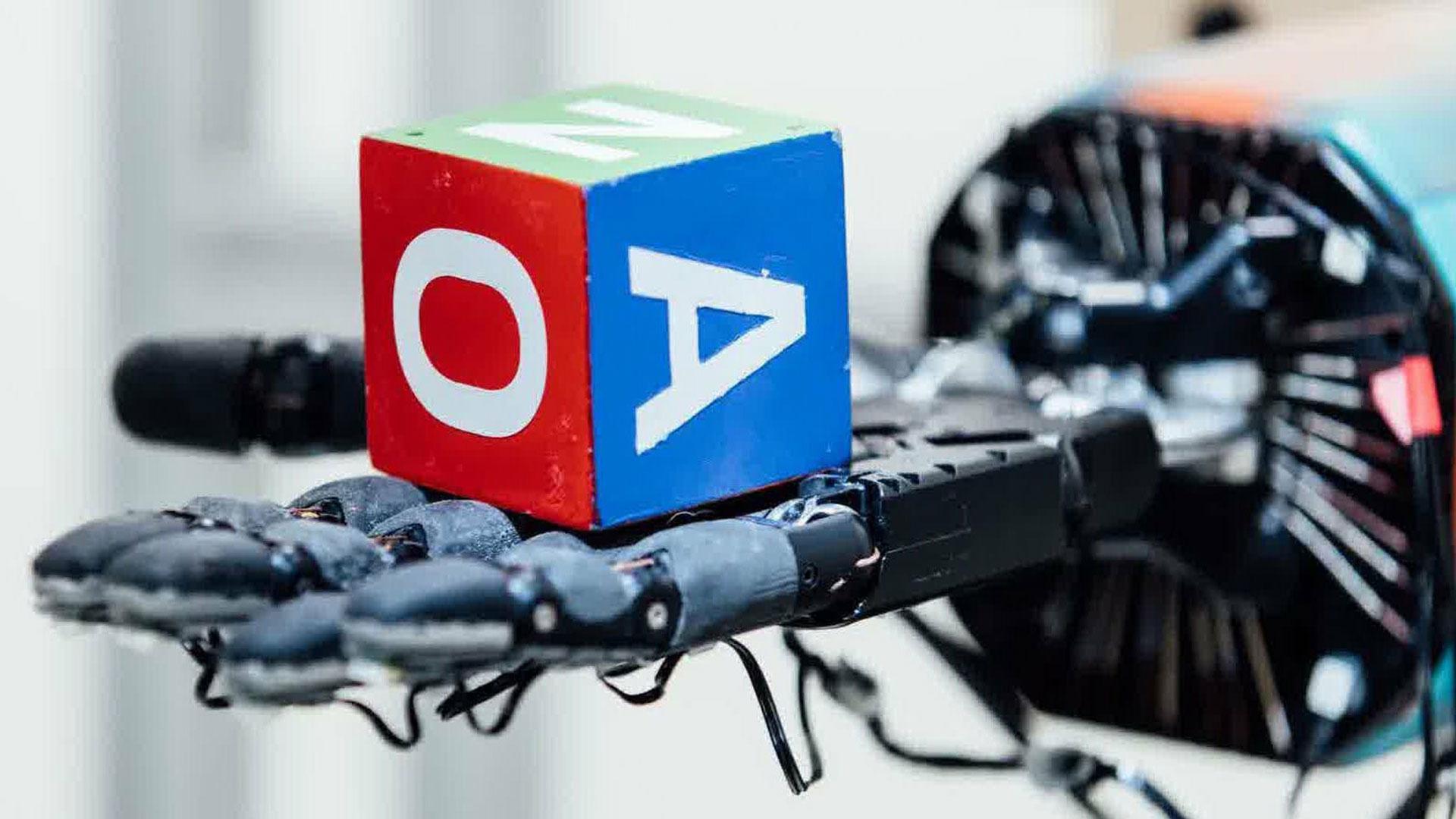 El robot Dactyl aprendió a manipular un cubo de juguete con destreza