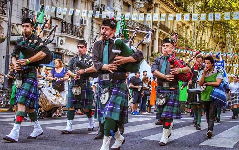 """Desfile de la """"marcha verde"""" en el centro porteño (Foto: Asociación Argentino Irlandesa Almirante Brown)"""