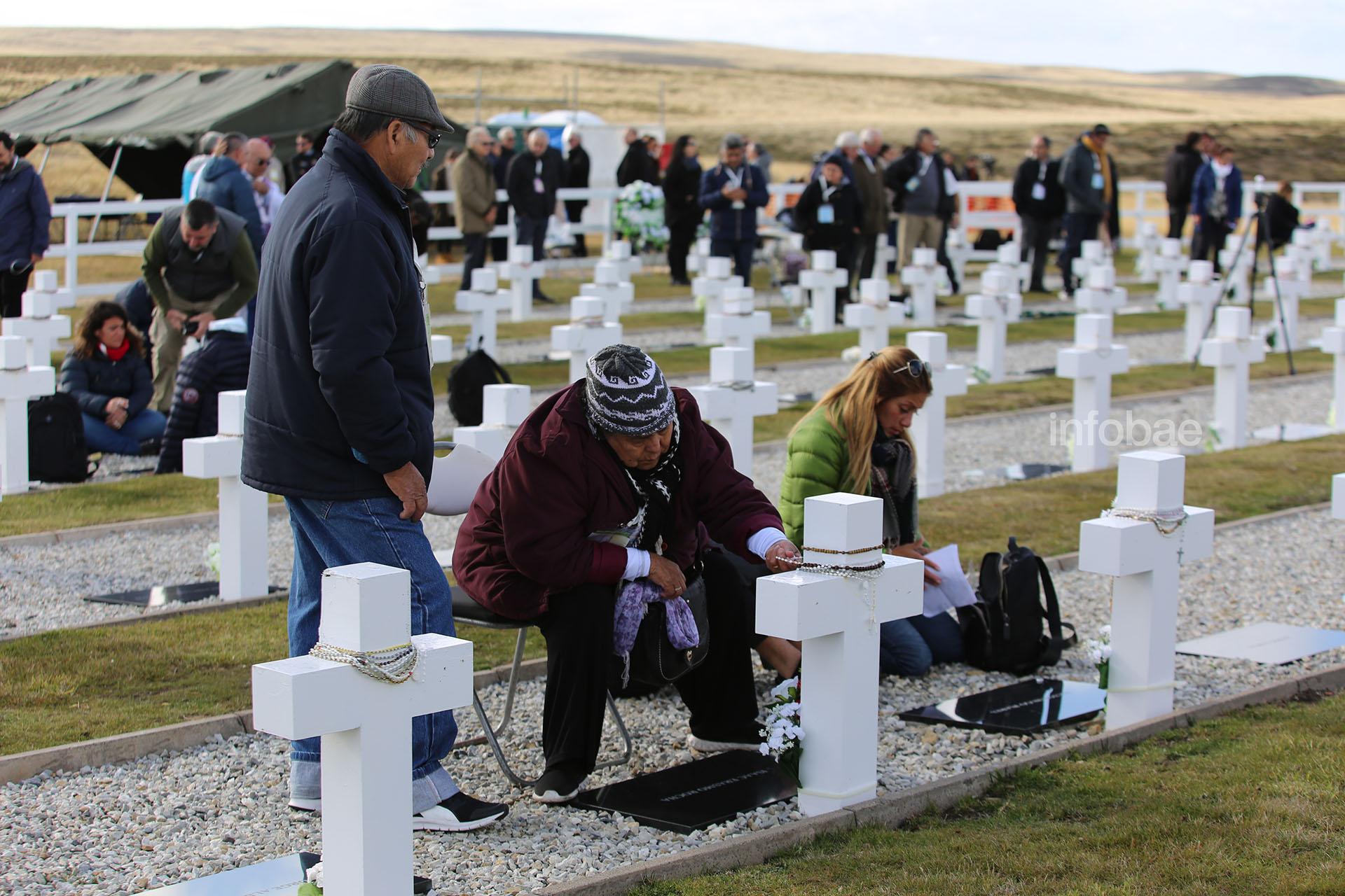 """Cada familiar eligió su propio tributo para rendirle al soldado caído en la guerra durante su primer """"cara a cara"""""""
