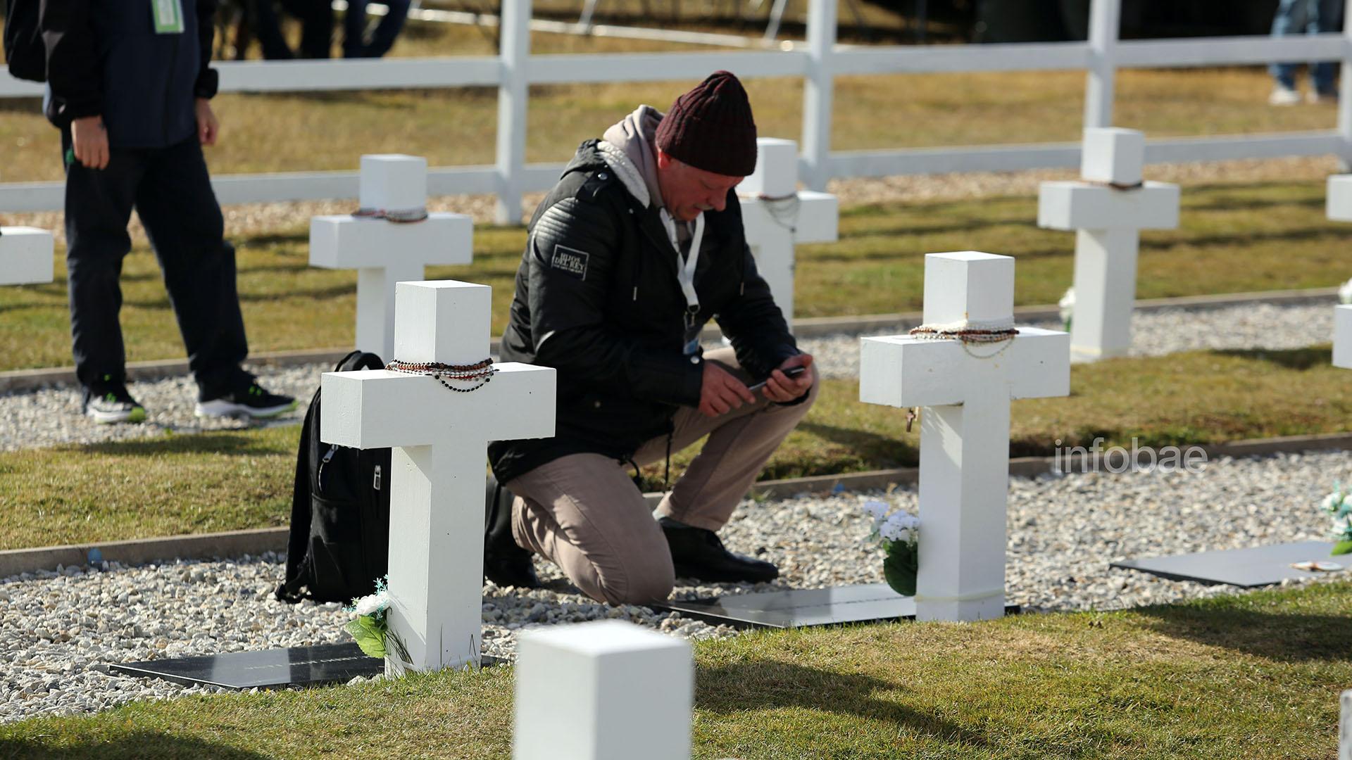 Algunos familiares aprovecharon para sacar fotos con sus teléfonos celulares para enviarles imágenes a otros allegados que no tuvieron la oportunidad de viajar a Malvinas