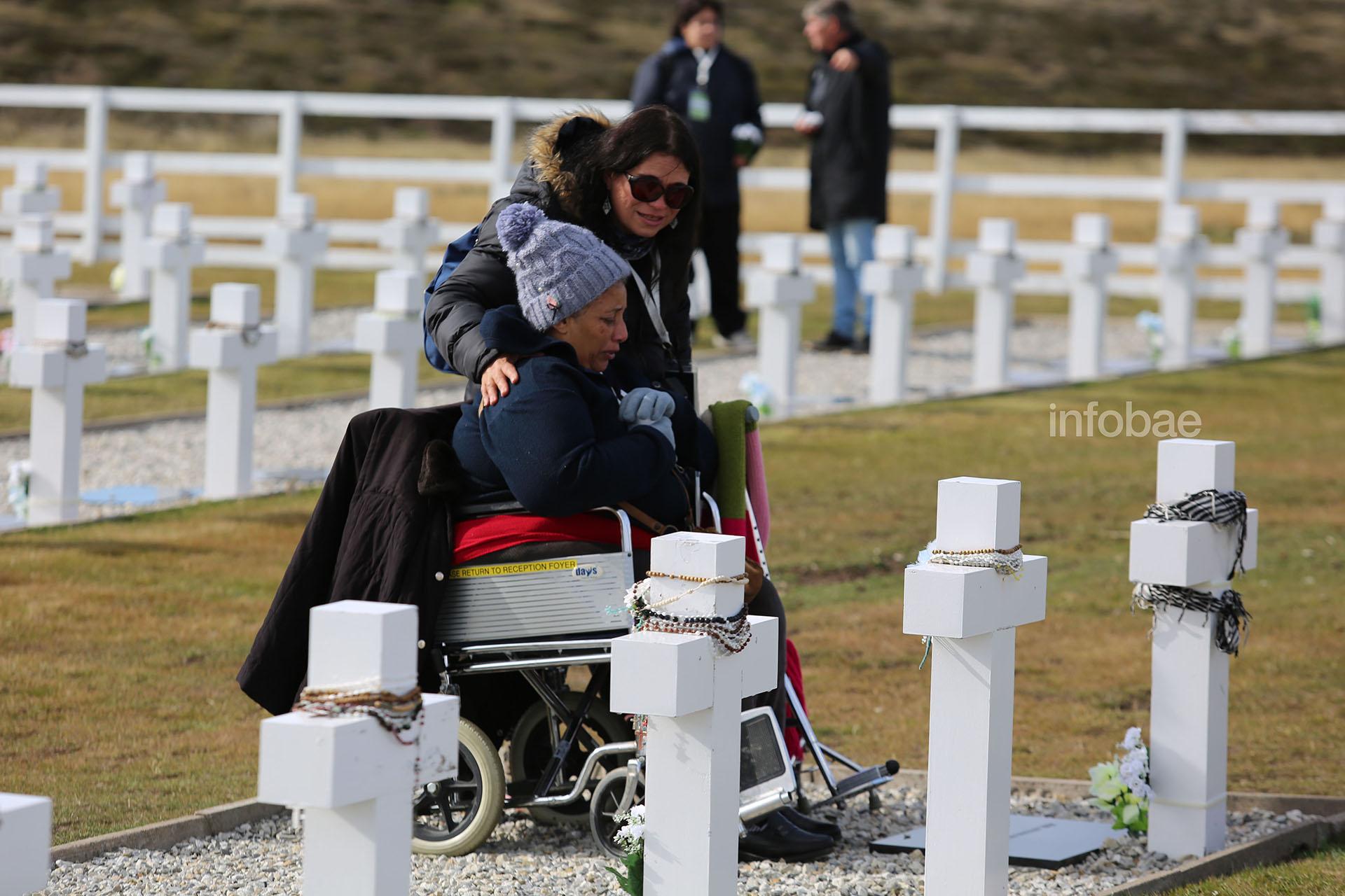 """Emocionada, la hermana de José Antonio Reyes Lobo visita por primera vez la tumba identificada del héroe. Cuando la familia supo que su hermano finalmente se hallaba en Darwin, recibió con júbilo la noticia: """"Aplaudimos todos y nos emocionamos. Nos trajo paz"""", recuerdan"""