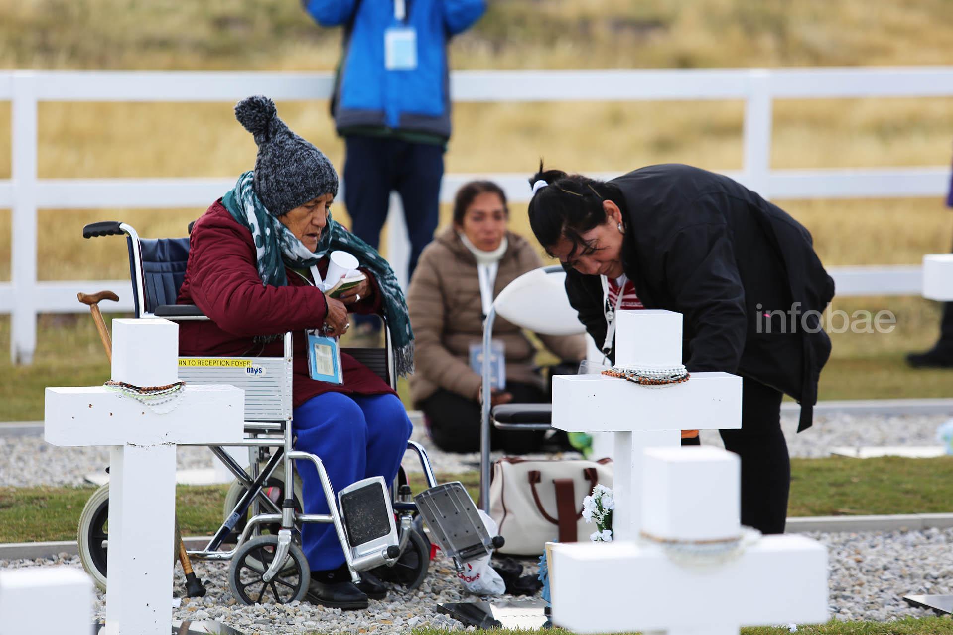 Cristina Lera, en una silla de ruedas, protagoniza el primer reencuentro con su hijo Luis Guillermo Sevilla. Su hija Miriam cumple con la promesa que le hizo a su familia en salta: llevar una foto de todos y dejarla oculta entre las piedras del cementerio