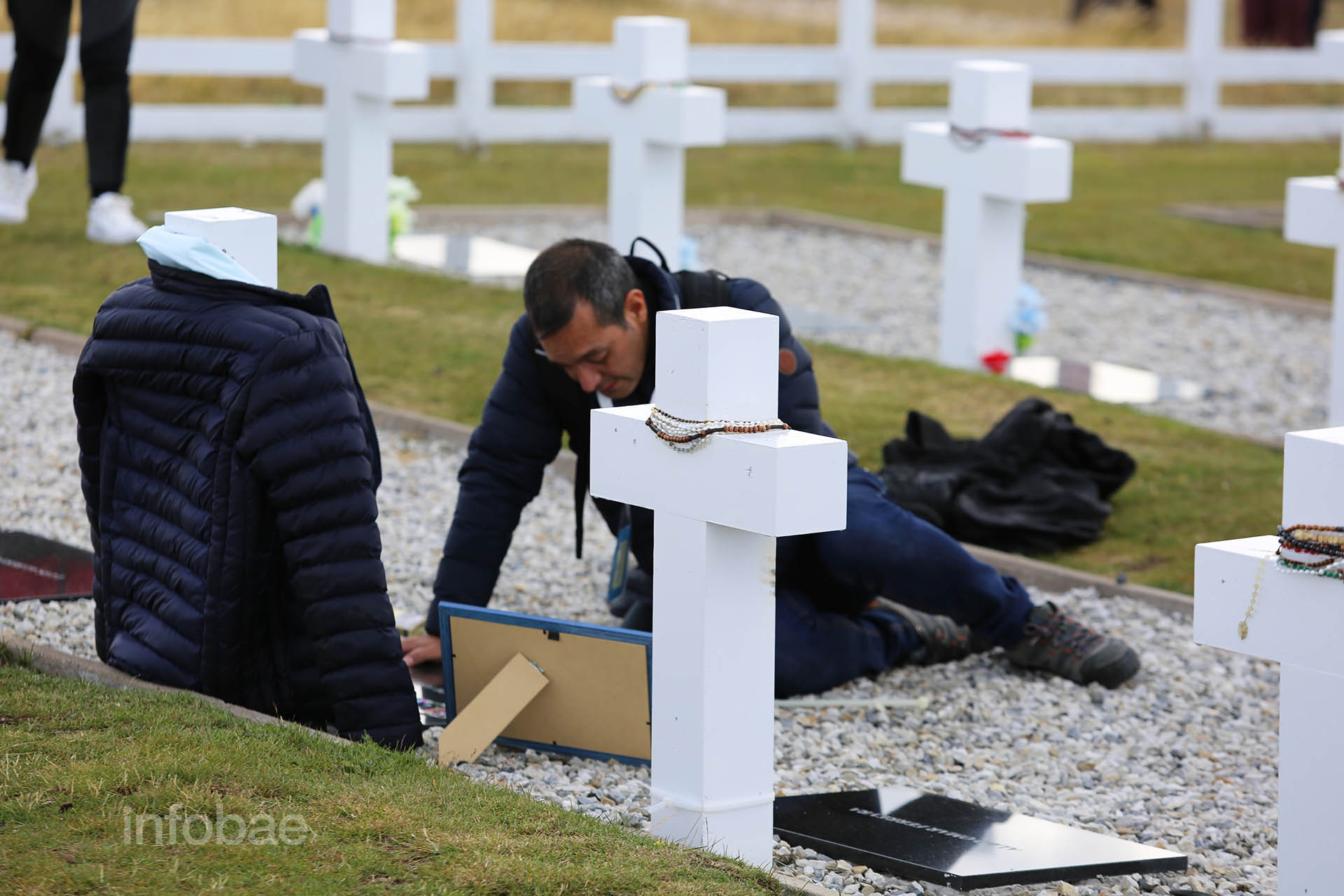 José Rodríguez, el portavoz de la Comisión de Familiares de Caídos en Malvinas, junto a la lápida de Elbio Araujo
