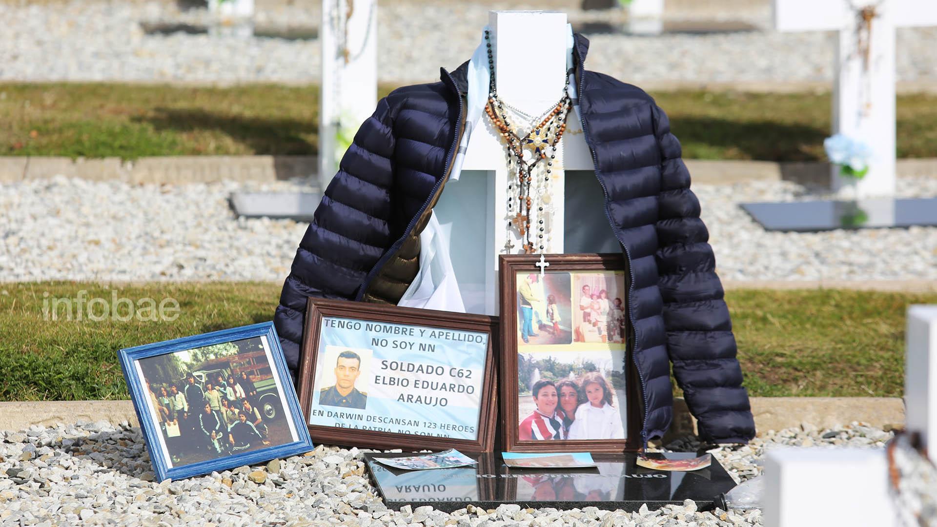 La tumba de Elbio Araujorodeada de fotos, portarretratos y cartas que su hermana María Fernanda -presidenta de la Comisión de Familiares de Caídos en Malvinas- llevó a las islas para homenajearlo