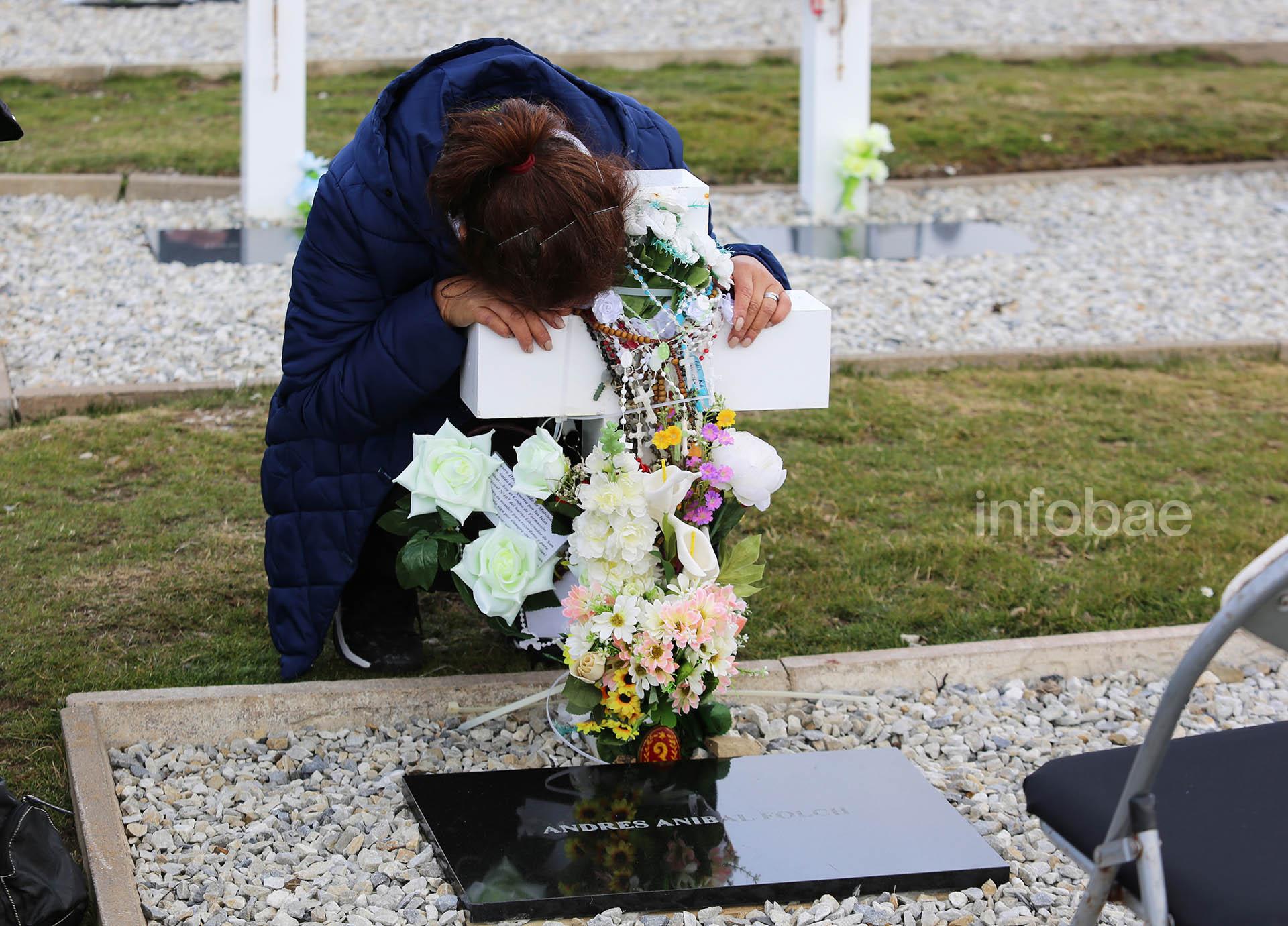 Las familias entregaron ofrendas de flores de tela y rosarios a las cruces de los caídos
