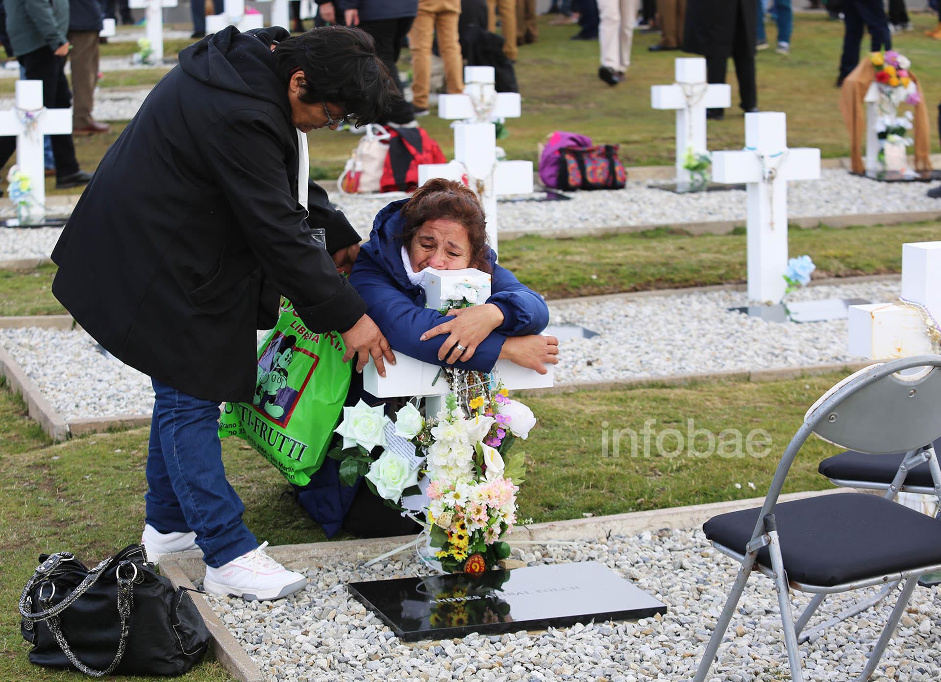 Carmen y Raquel, hermanasde Andrés Folch, en pleno momento de quiebre, sobre la tumba de su familiar