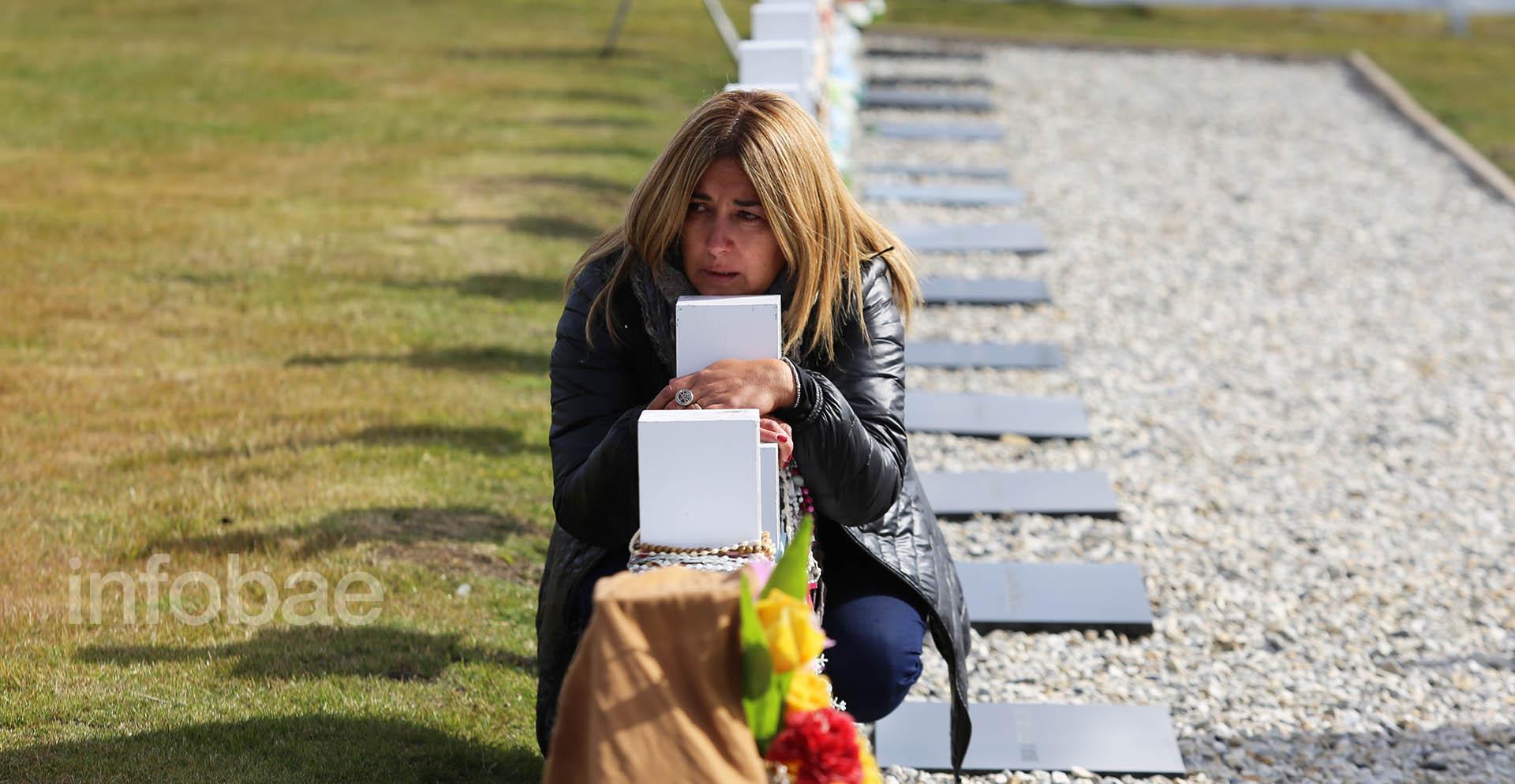 Las familias acudieron al cementerio de Darwin poco después de las 9 de la mañana. Los primeros minutos fueron conmovedores. Reinaba un silencio acompañado de llantos ahogados