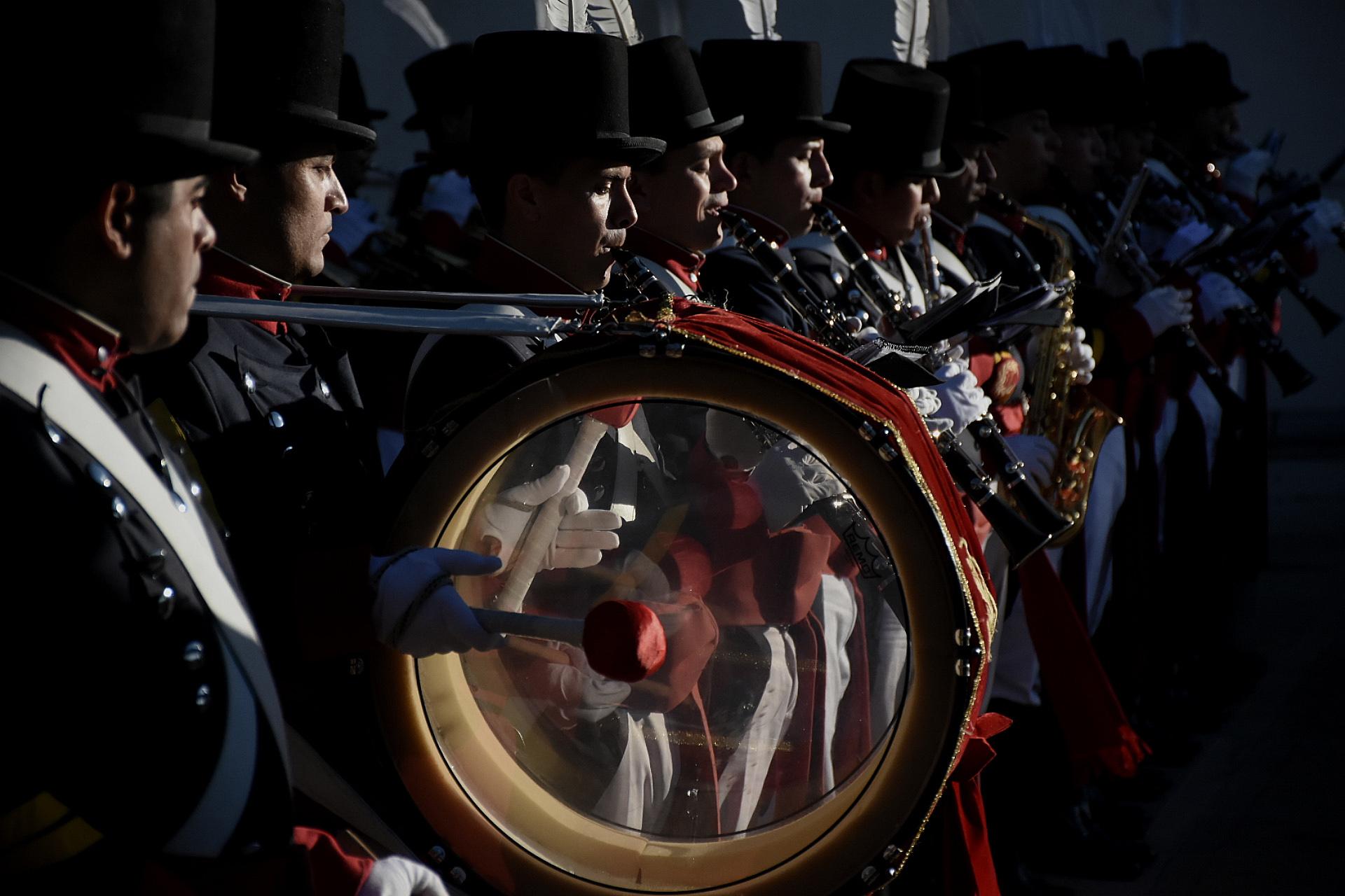 El Regimiento de Patricios hizo sonar sus emotivas melodías durante el regreso de los familiares al aeropuerto de Ezeiza