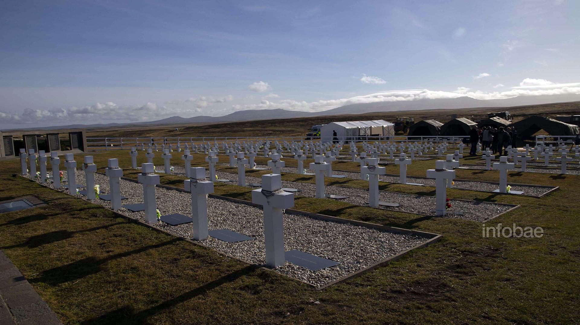 """Aún quedan unas diez tumbas con la leyenda """"Soldado argentino sólo conocido por Dios"""" en el Cementerio de Darwin"""