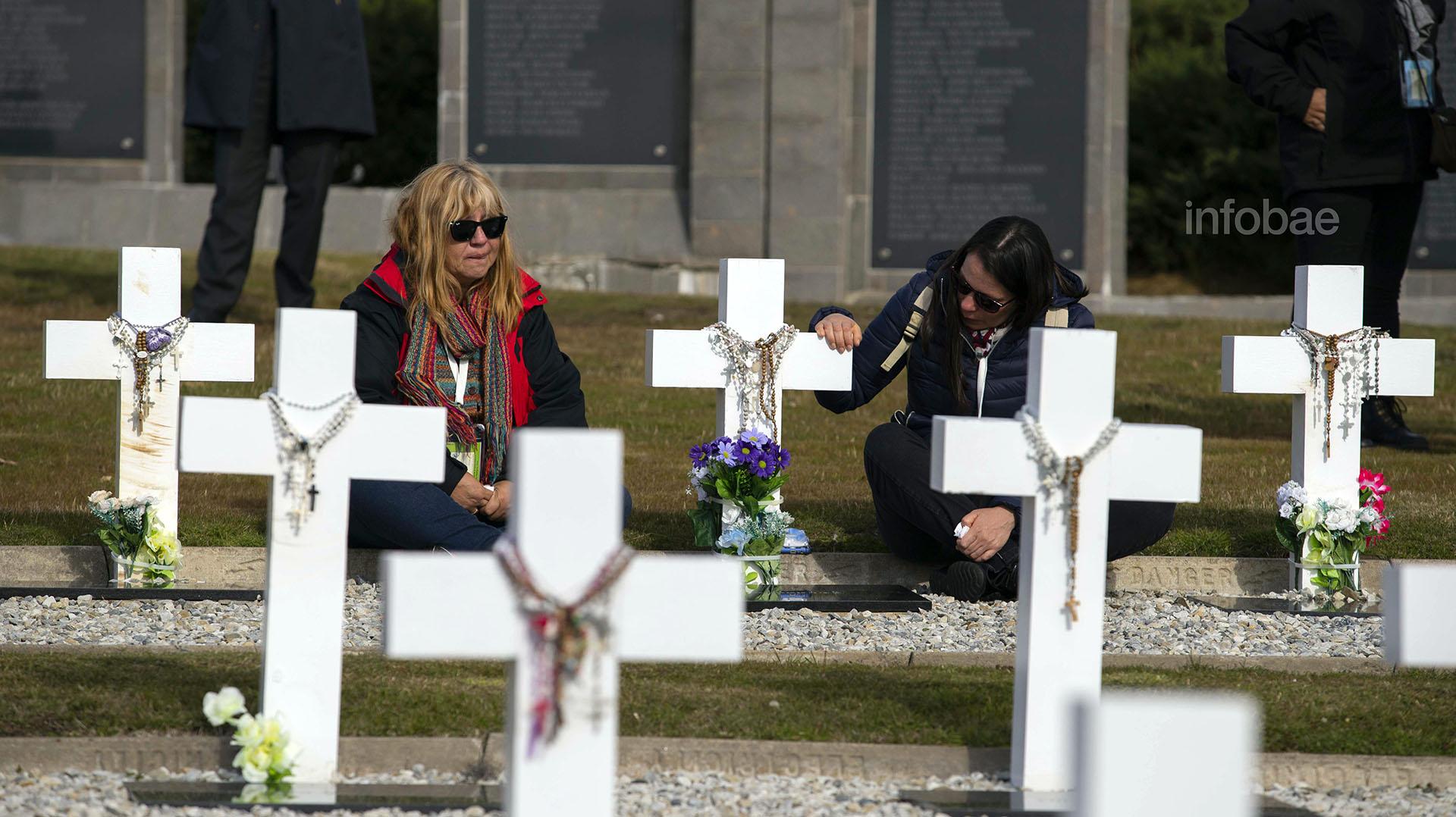 Mabel Godoy (izquierda) visitó la tumba de Víctor Rodríguez, quien fuera su novio al momento de acudir a Malvinas. Junto a ella se encuentra Nora Rodríguez, quien tenía 4 años la última vez que vioa su hermano
