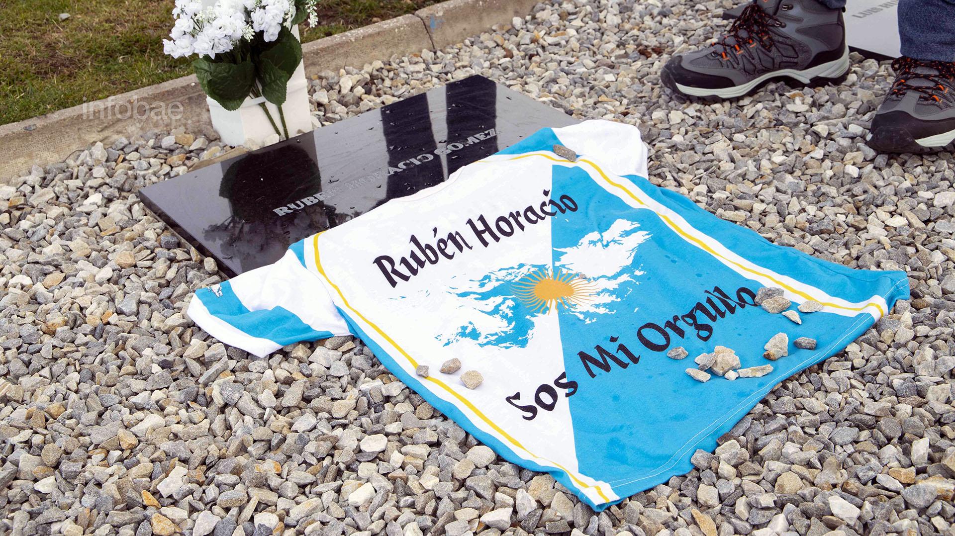 La familia de Rubén Horacio Gómez dejó de recuerdo una camiseta con los colores de la bandera argentina y un diseño de las Islas Malvinas con un sol en el centro