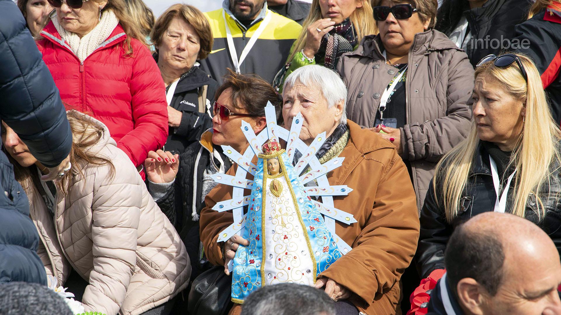 Nélida Fuentes, la madre de Jorge Alberto Maciel, posa junto a una Virgen María para la foto grupal de los familiares