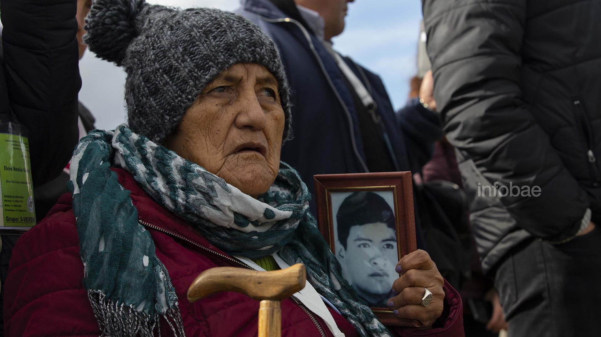 Cristina Lera, junto al retrato de su hijo Luis Guillermo Sevilla (Lihuee Althabe)
