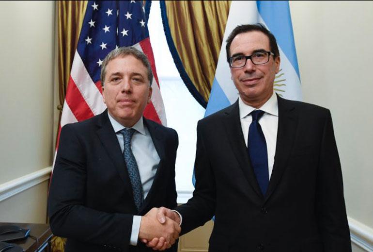 Nicolás Dujovne y Steven Mnuchin, ayer, en la capital de EEUU