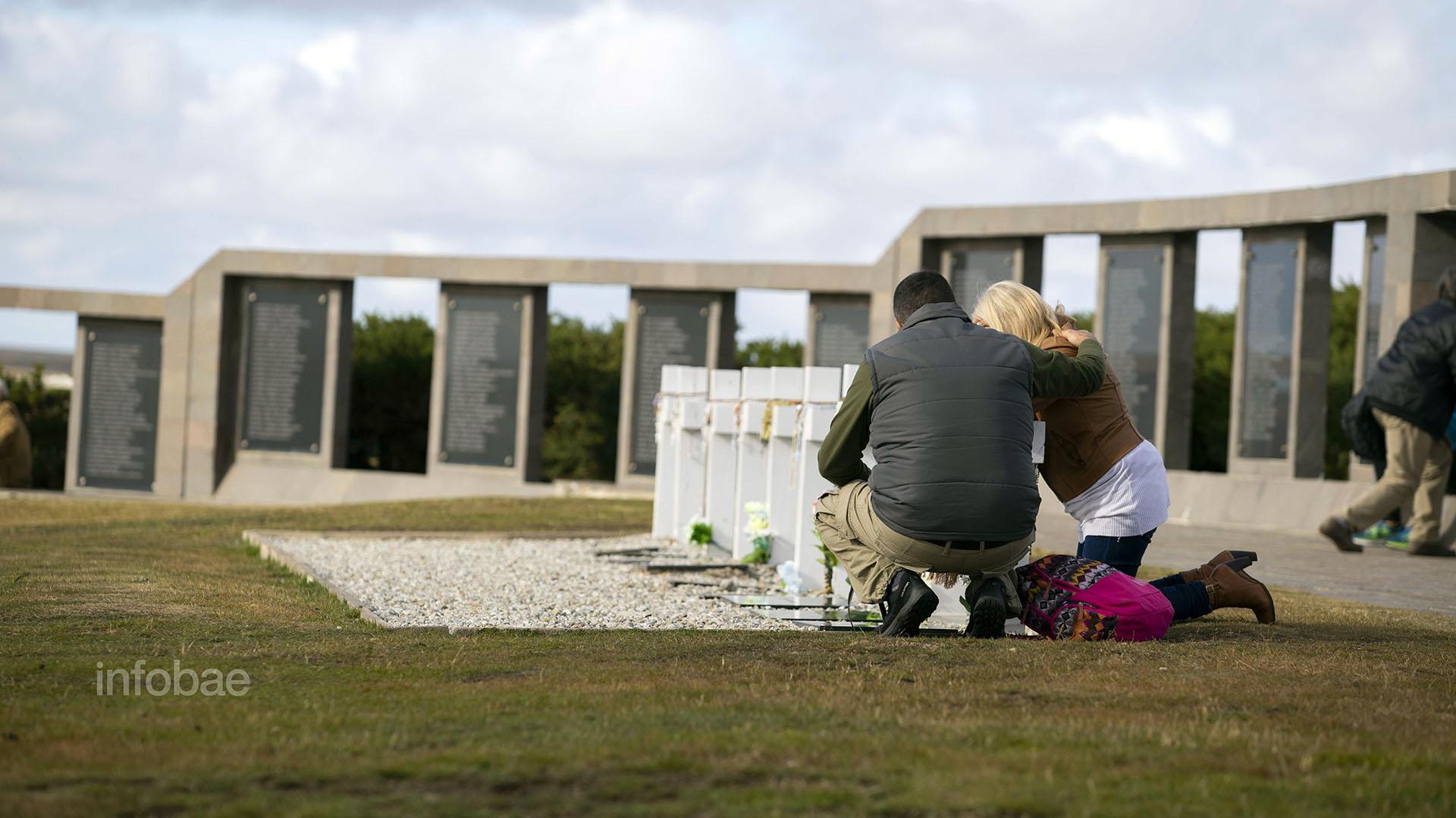 Familiares de Néstor González lloran a su ser querido en uno de los extremos del Sector C del Cementerio de Darwin