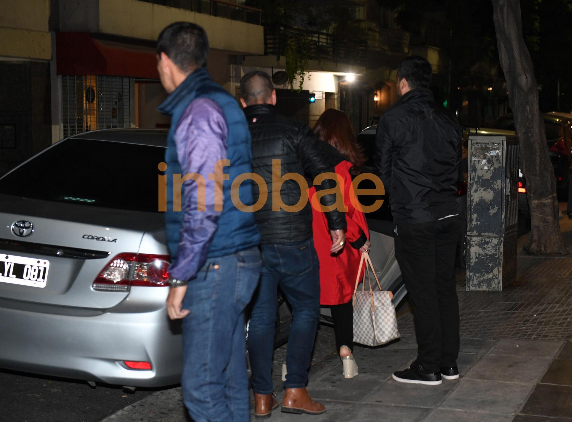 Cristina Kirchner, esta madrugada, al salir de su departamento de Recoleta rumbo al aeropuerto de Ezeiza (Maximiliano Luna)