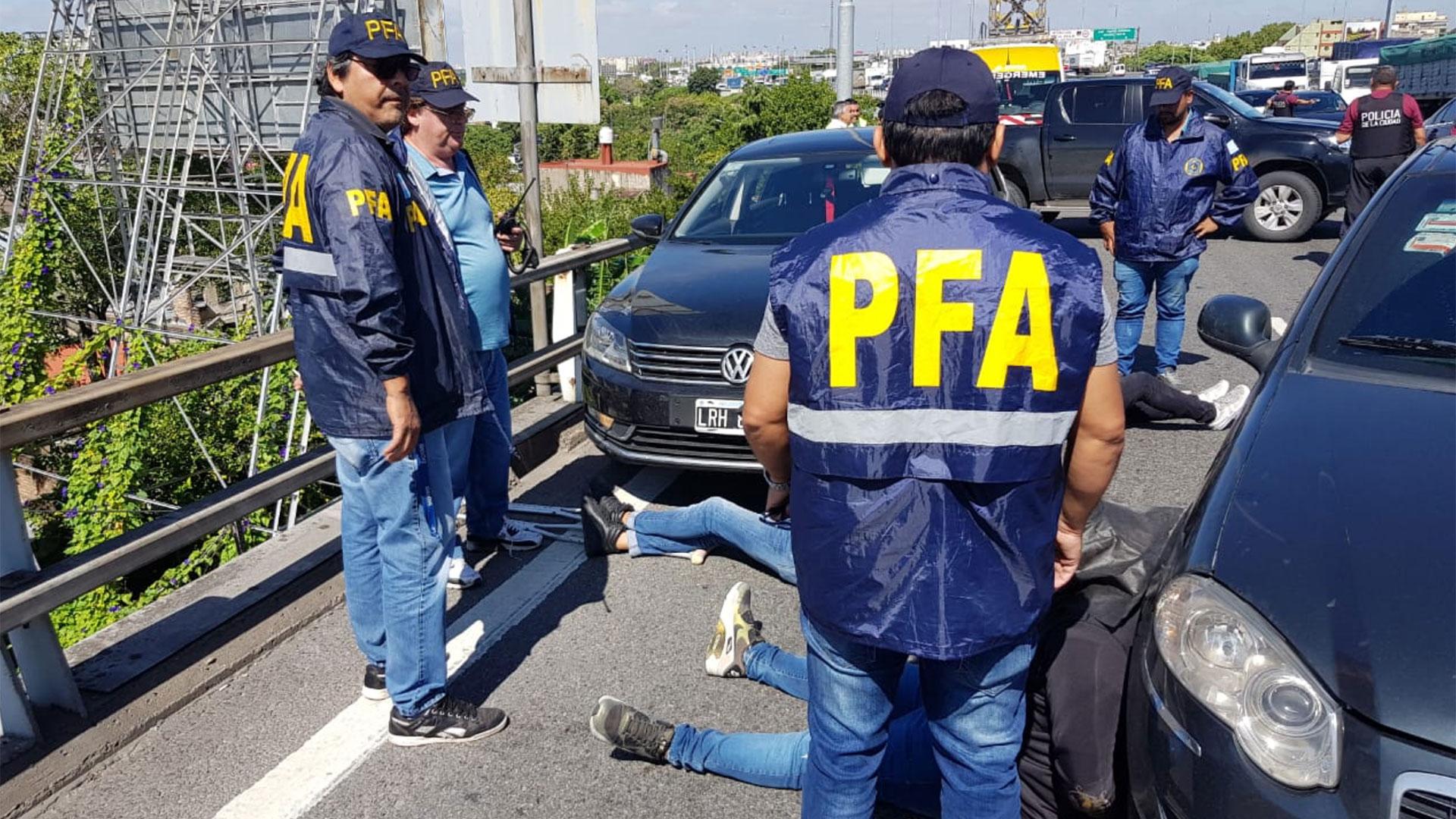 Efectivos de la Policía Federal y tres de los delincuentes sobre la Autopista 25 de Mayo, mano sentido a Capital