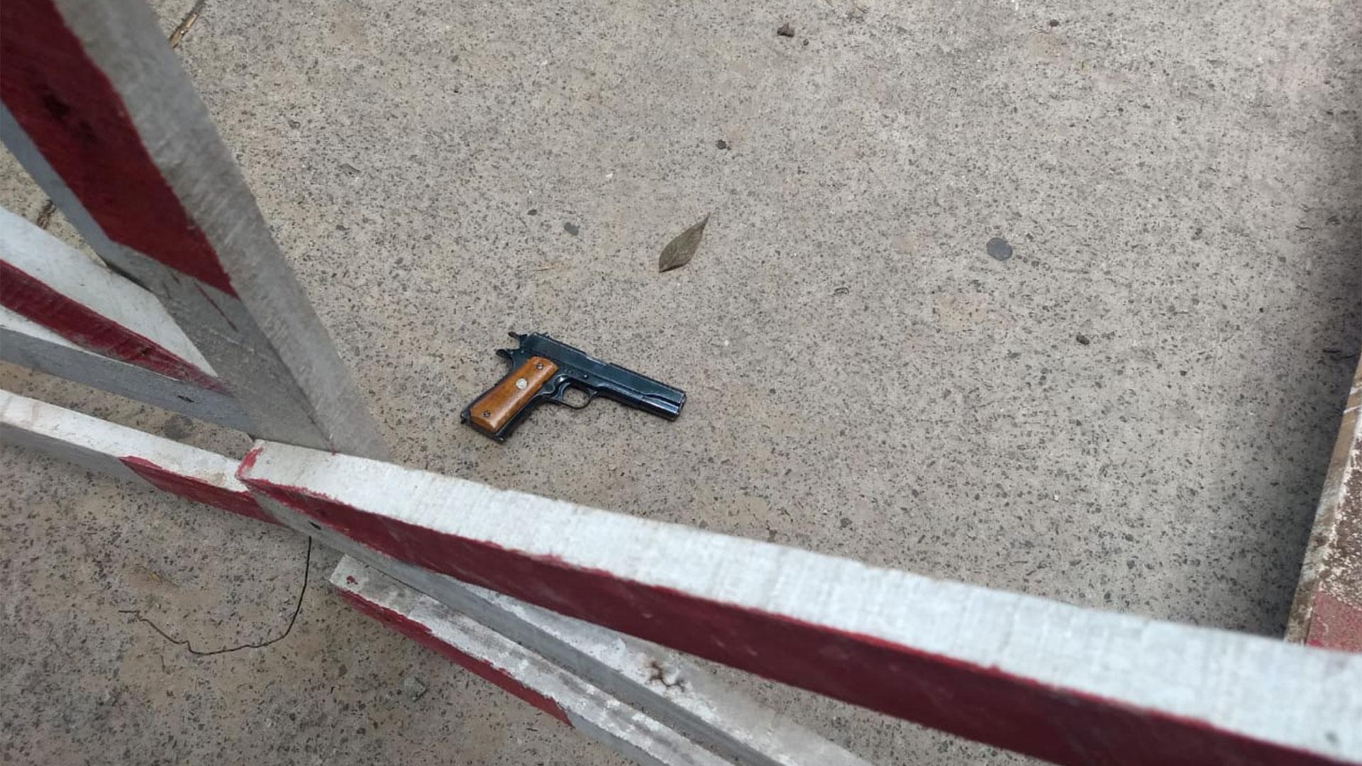 Una de las armas halladas en las inmediaciones a donde detuvieron a los delincuentes