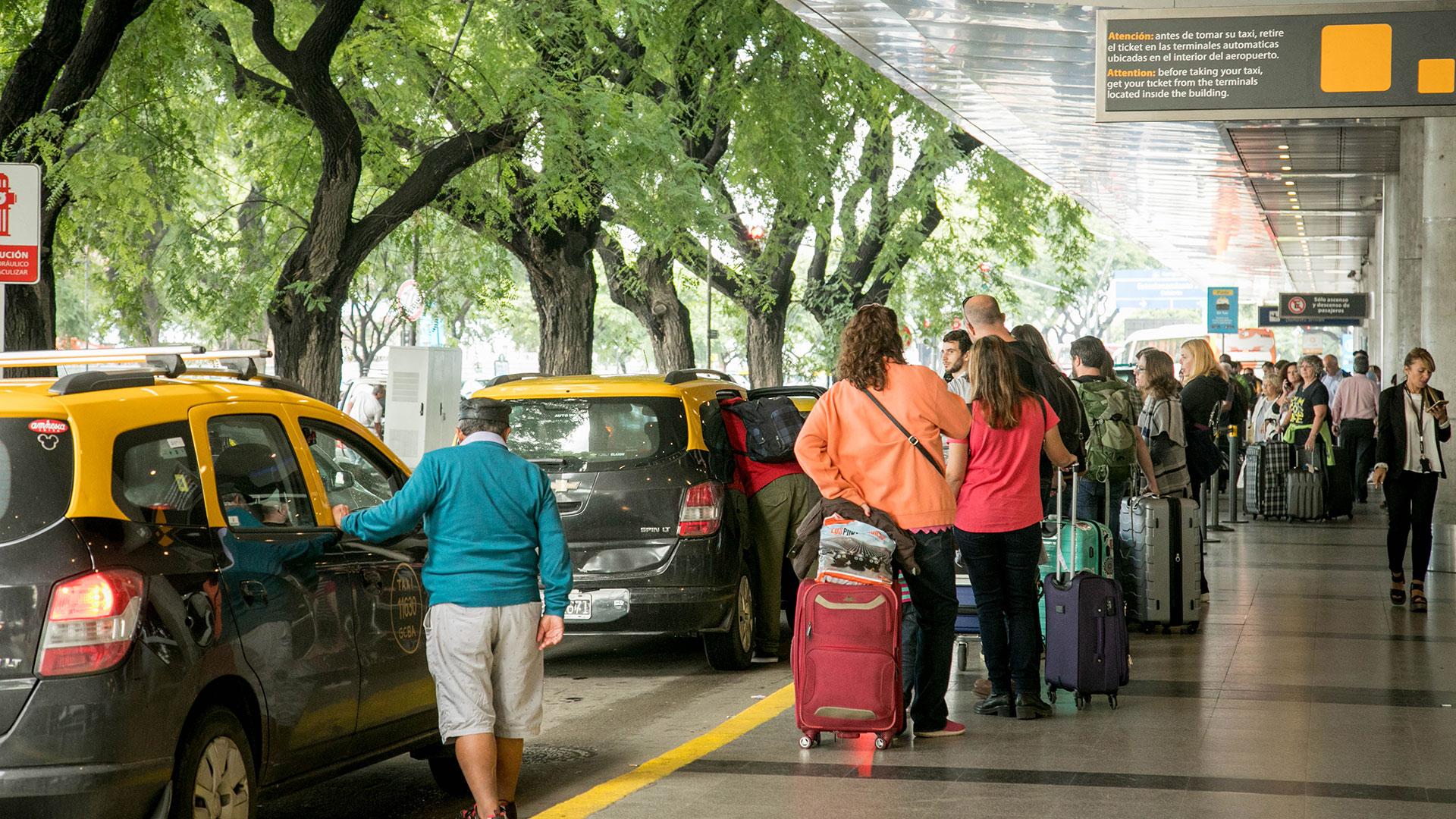 Los pasajeros del Aeroparque Jorge Newbery tendrán que utilizar transportes alternativos durante este jueves.