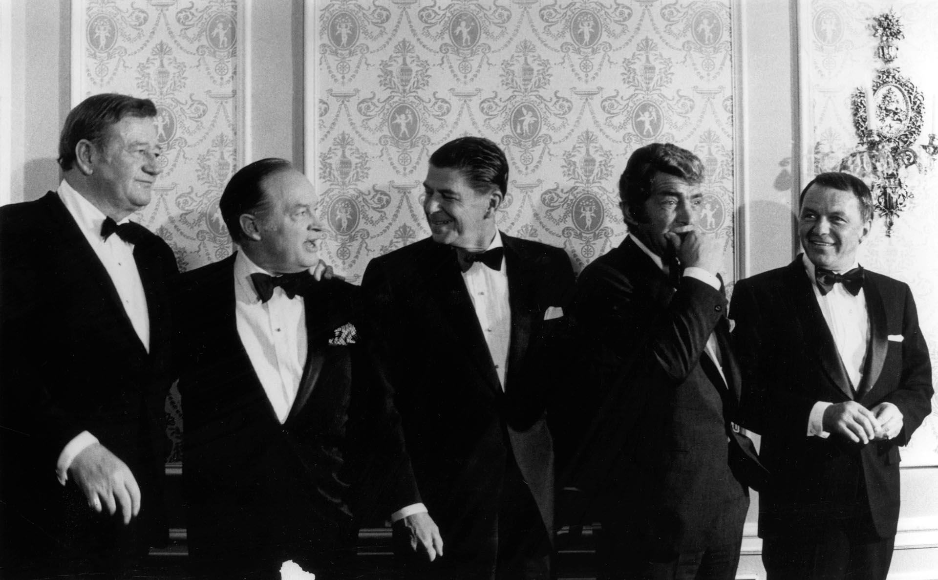 Ronald Reagan junto a John Wayne, Bob Hope, Dean Martin y Frank Sinatra (Grosby Group)